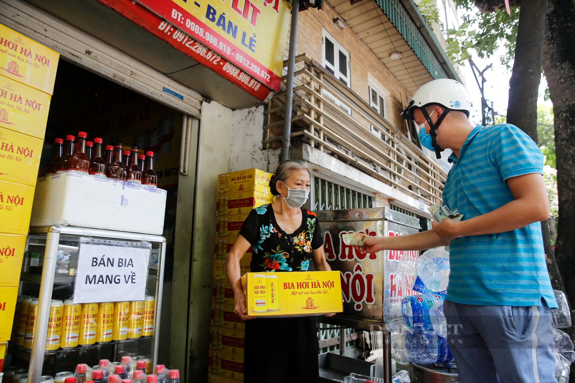 Bia hơi Hà Nội bắt đầu nhộn nhịp người mua mang về  - Ảnh 6.