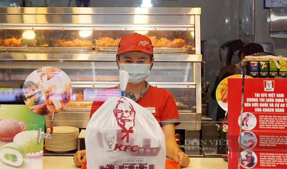 """Sài Gòn nhiều chuỗi cà phê, thức ăn nhanh """"tái xuất"""" bán mang đi  - Ảnh 4."""
