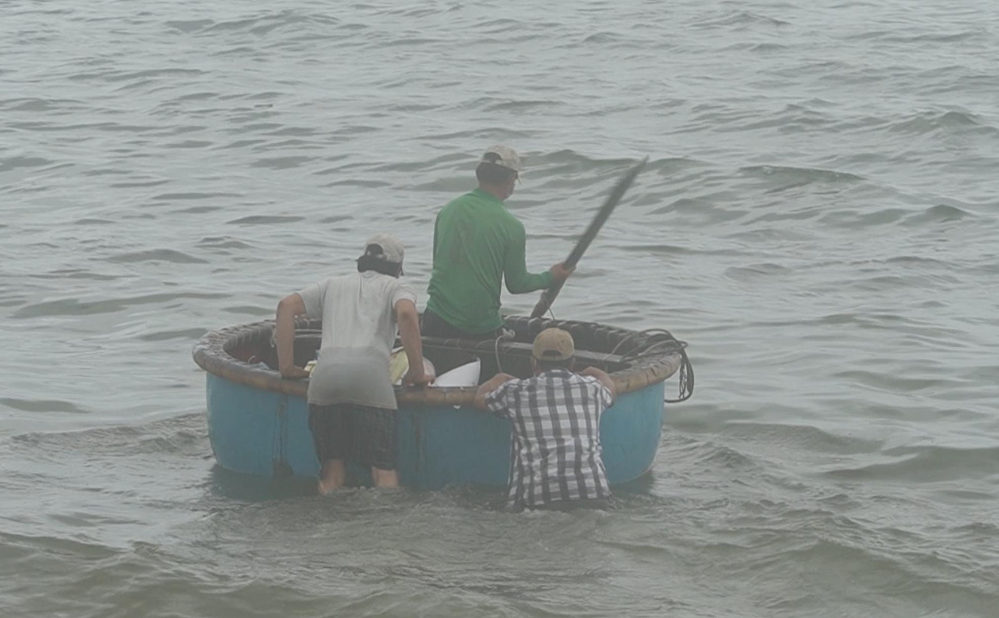 """Ngư dân Phước Hải vui sướng trong ngày đầu """"mở biển"""" ra khơi - Ảnh 5."""