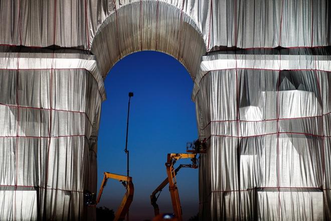 Hình ảnh Khải Hoàn Môn được bọc vải trắng - Ảnh 3.