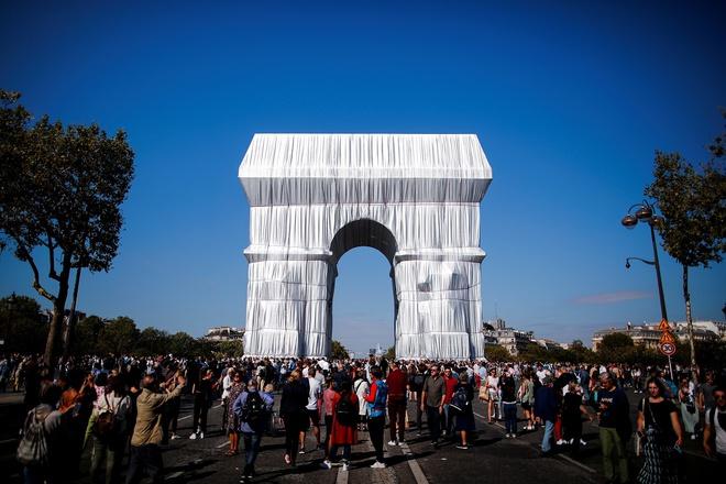 Hình ảnh Khải Hoàn Môn được bọc vải trắng - Ảnh 8.