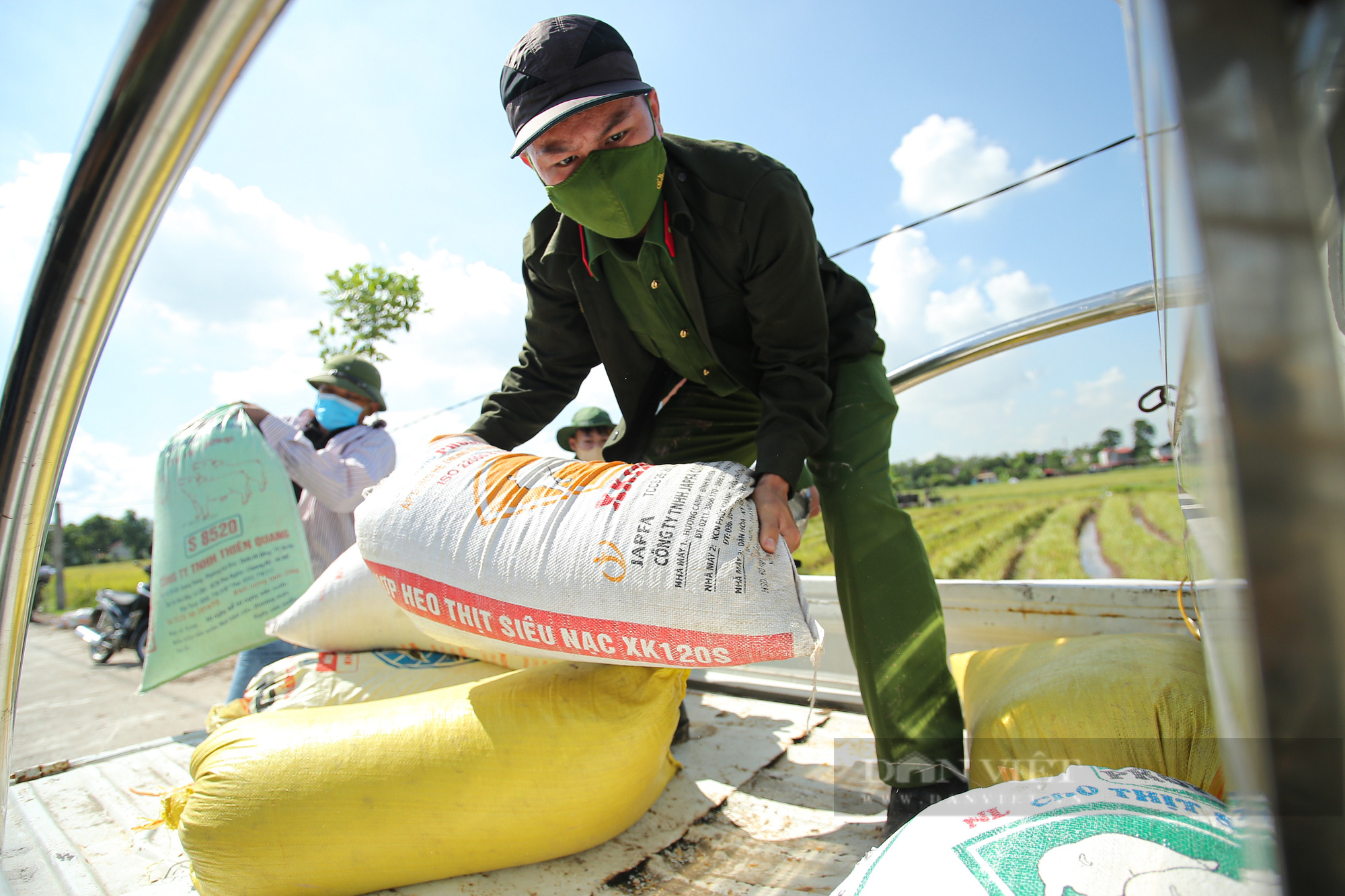 Hình ảnh chiến sĩ công an lội ruộng, ăn cơm vội để thu hoạch lúa giúp 141 hộ ở vùng cách ly y tế - Ảnh 4.
