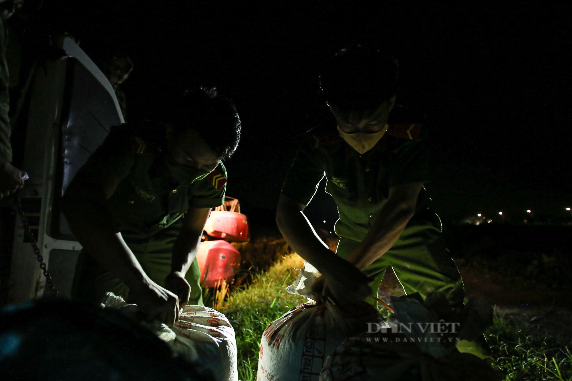 Hình ảnh chiến sĩ công an lội ruộng, ăn cơm vội để thu hoạch lúa giúp 141 hộ ở vùng cách ly y tế - Ảnh 11.