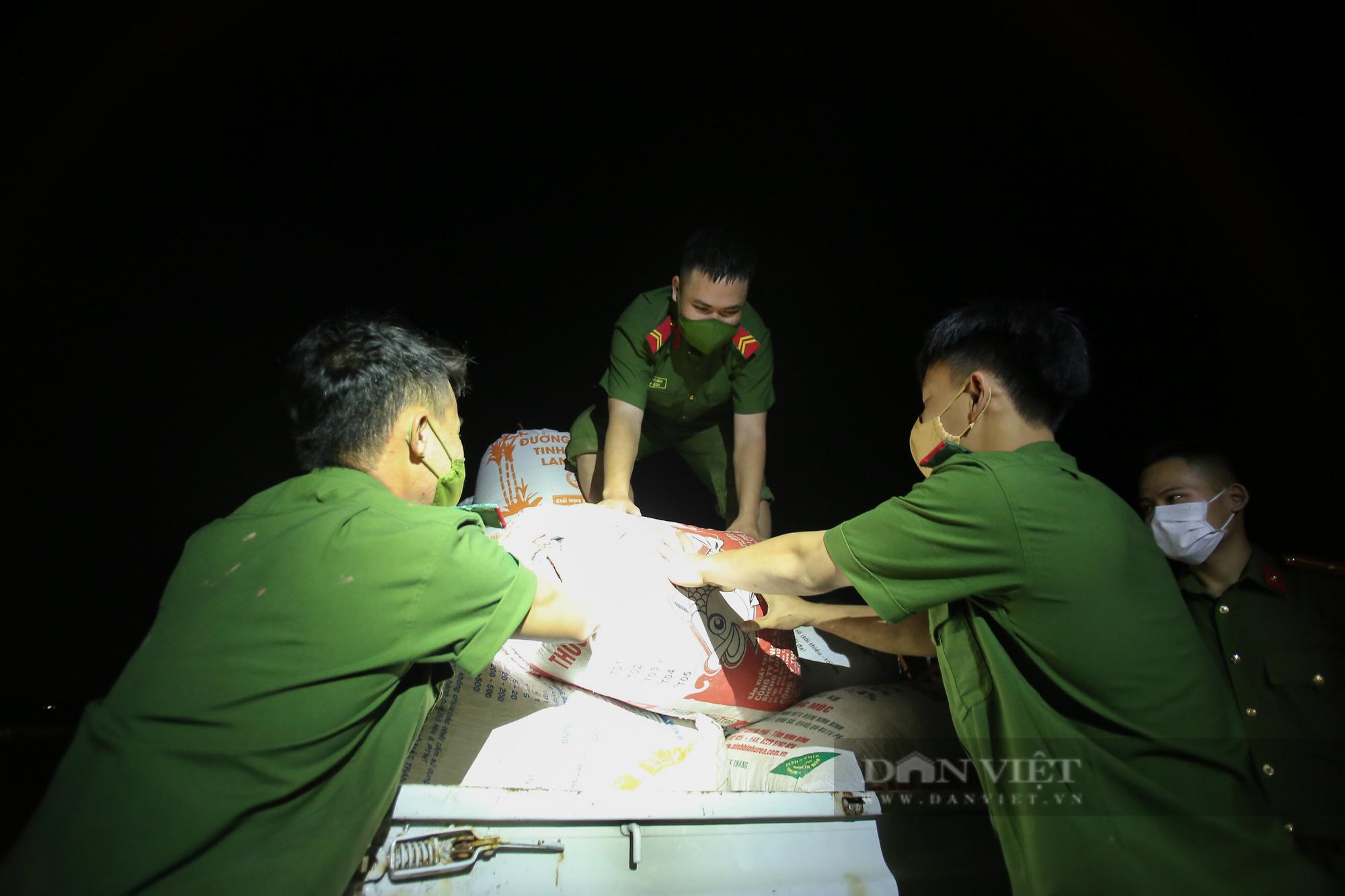 Hình ảnh chiến sĩ công an lội ruộng, ăn cơm vội để thu hoạch lúa giúp 141 hộ ở vùng cách ly y tế - Ảnh 12.