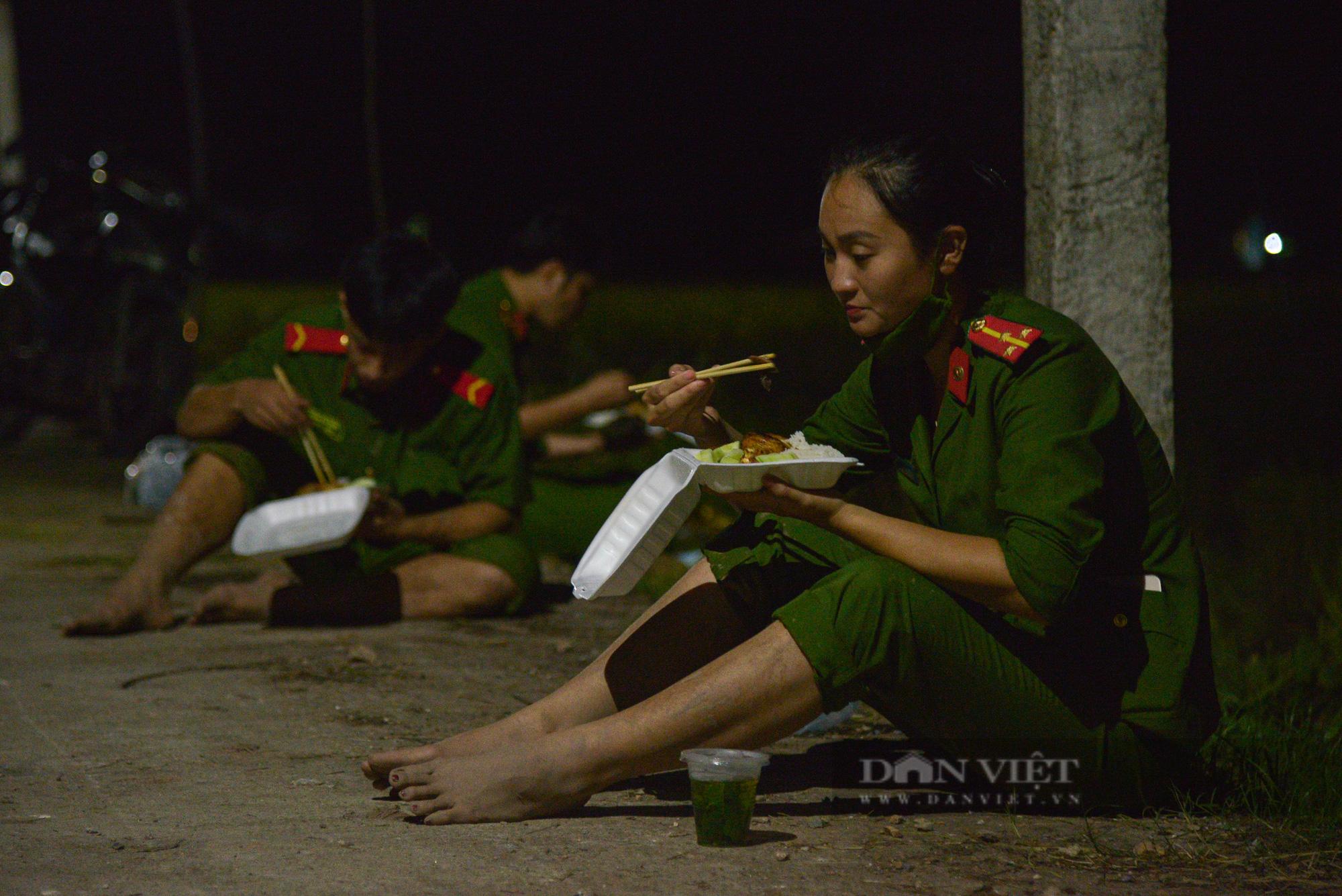 Hình ảnh chiến sĩ công an lội ruộng, ăn cơm vội để thu hoạch lúa giúp 141 hộ ở vùng cách ly y tế - Ảnh 13.