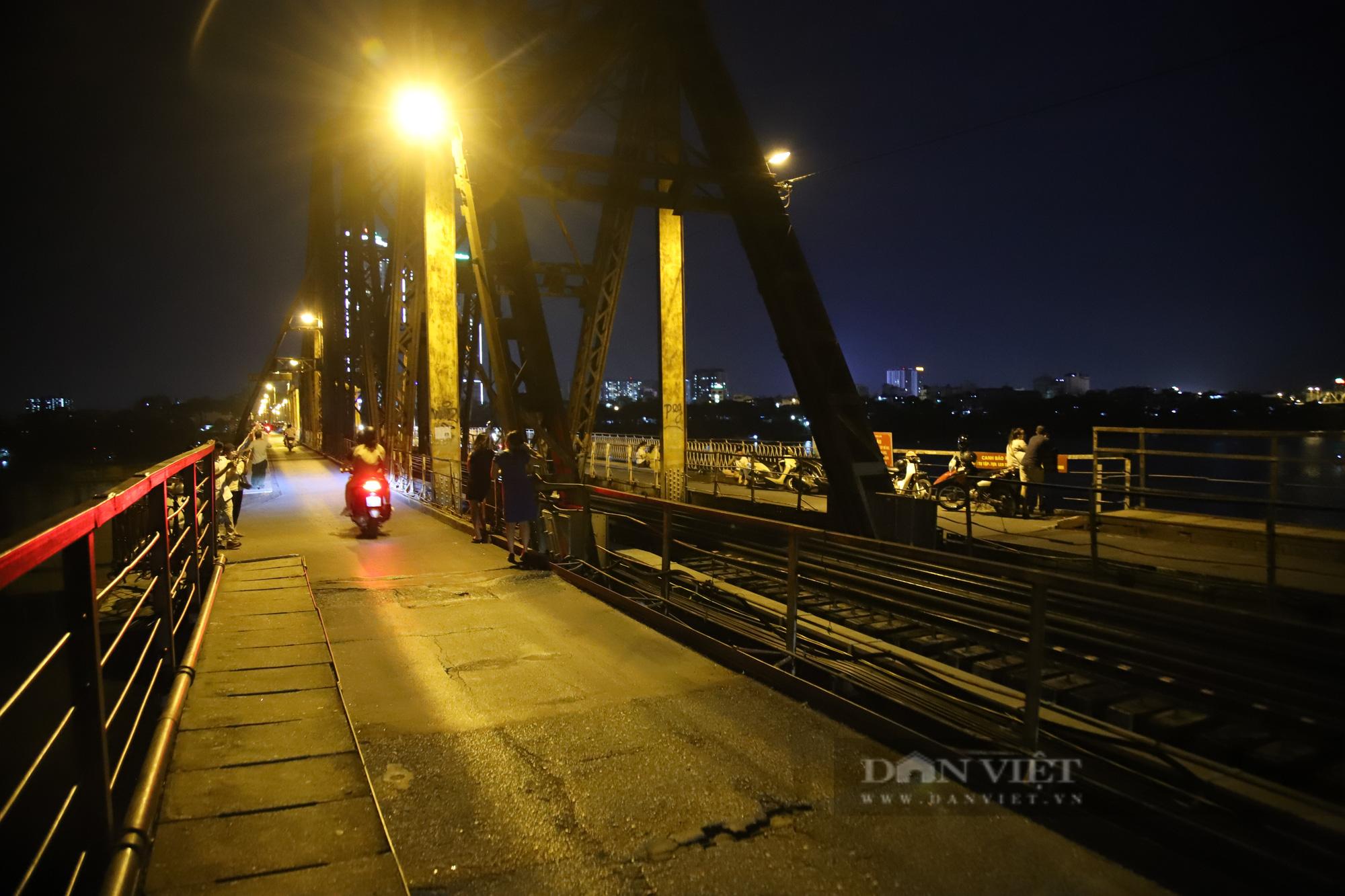 Cầu Long Biên đông đúc người hóng gió, bất chấp lệnh giãn cách xã hội - Ảnh 1.