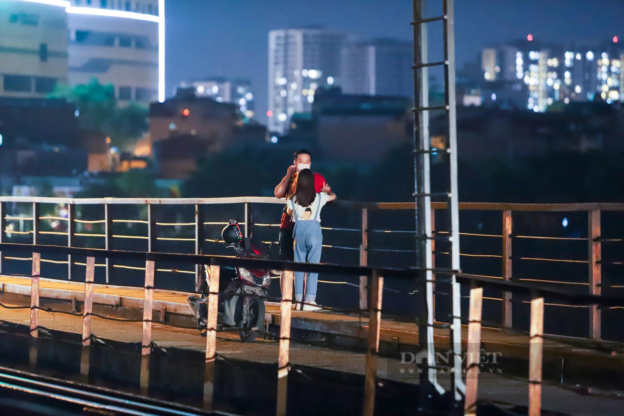 Cầu Long Biên đông đúc người hóng gió, bất chấp lệnh giãn cách xã hội - Ảnh 2.