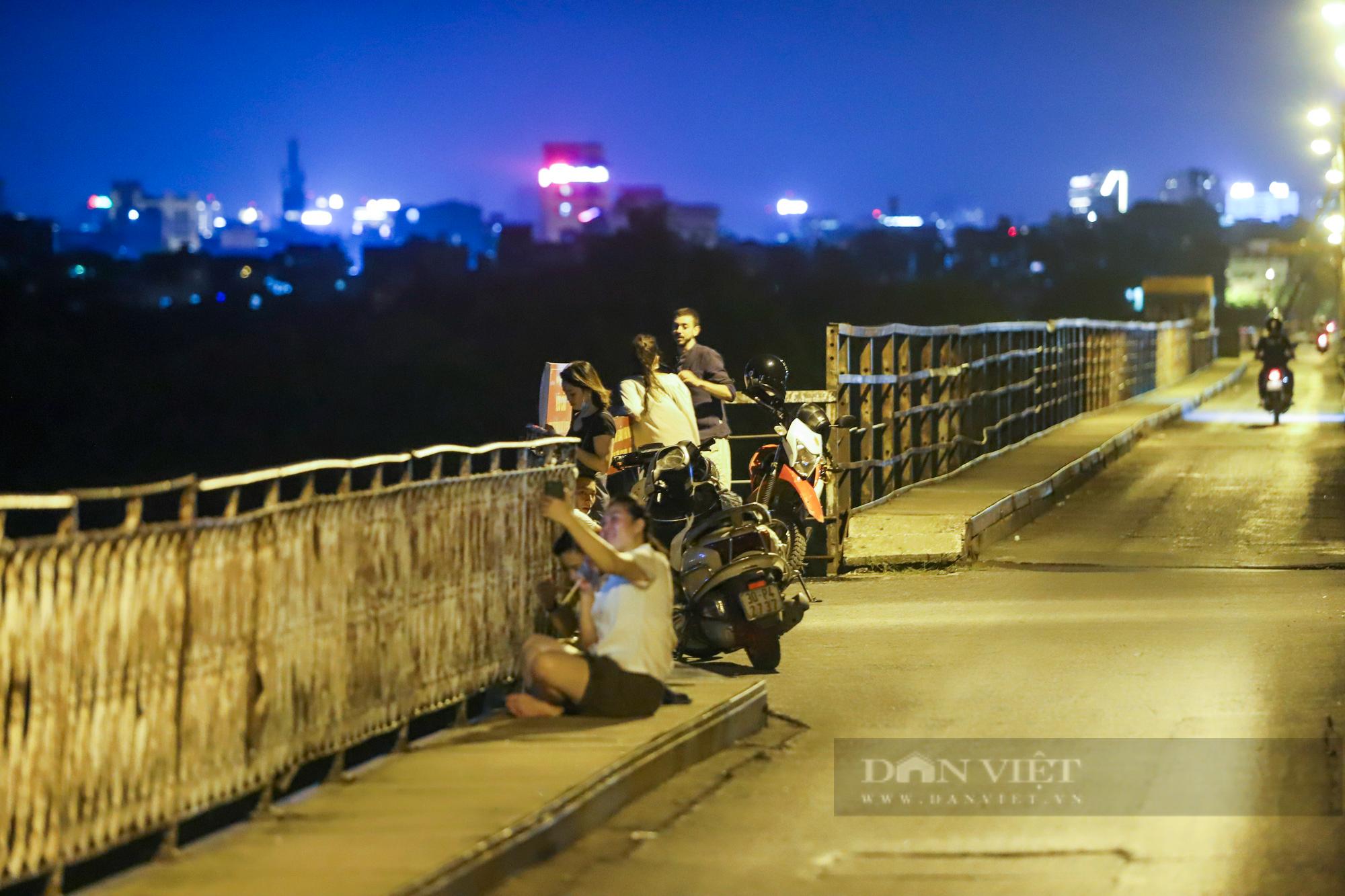 Cầu Long Biên đông đúc người hóng gió, bất chấp lệnh giãn cách xã hội - Ảnh 3.
