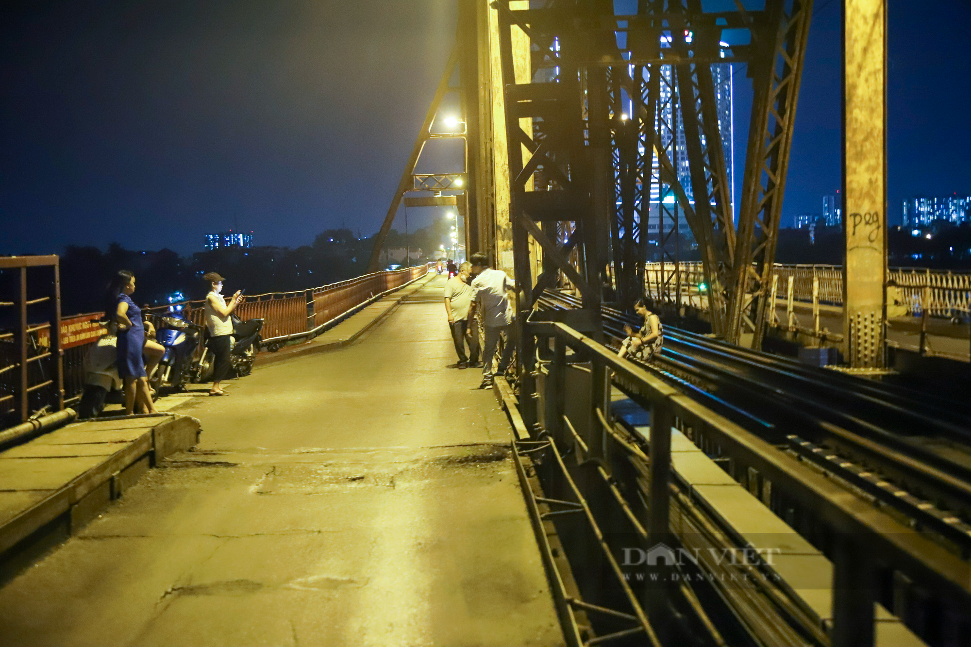 Cầu Long Biên đông đúc người hóng gió, bất chấp lệnh giãn cách xã hội - Ảnh 5.