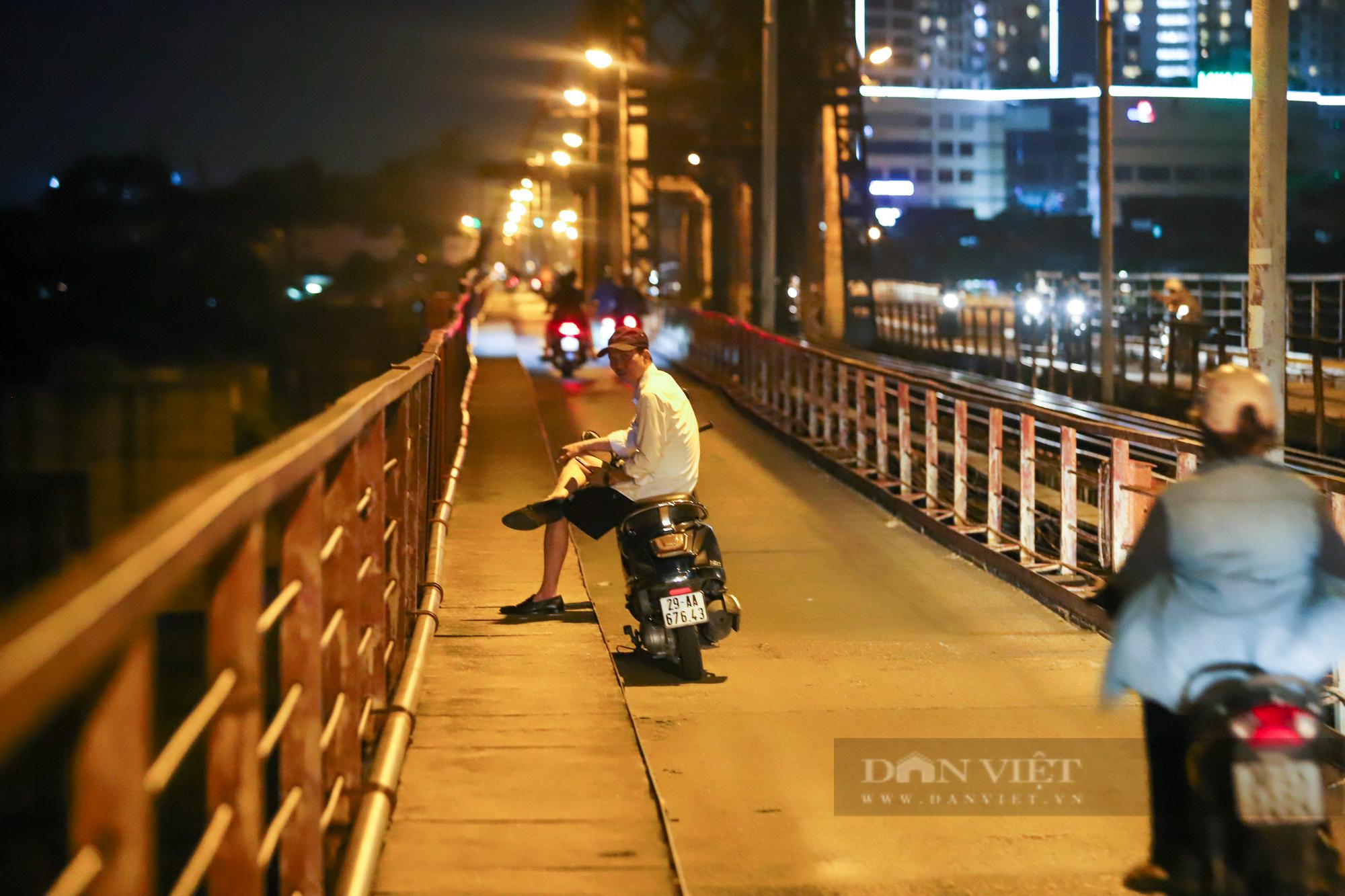 Cầu Long Biên đông đúc người hóng gió, bất chấp lệnh giãn cách xã hội - Ảnh 6.
