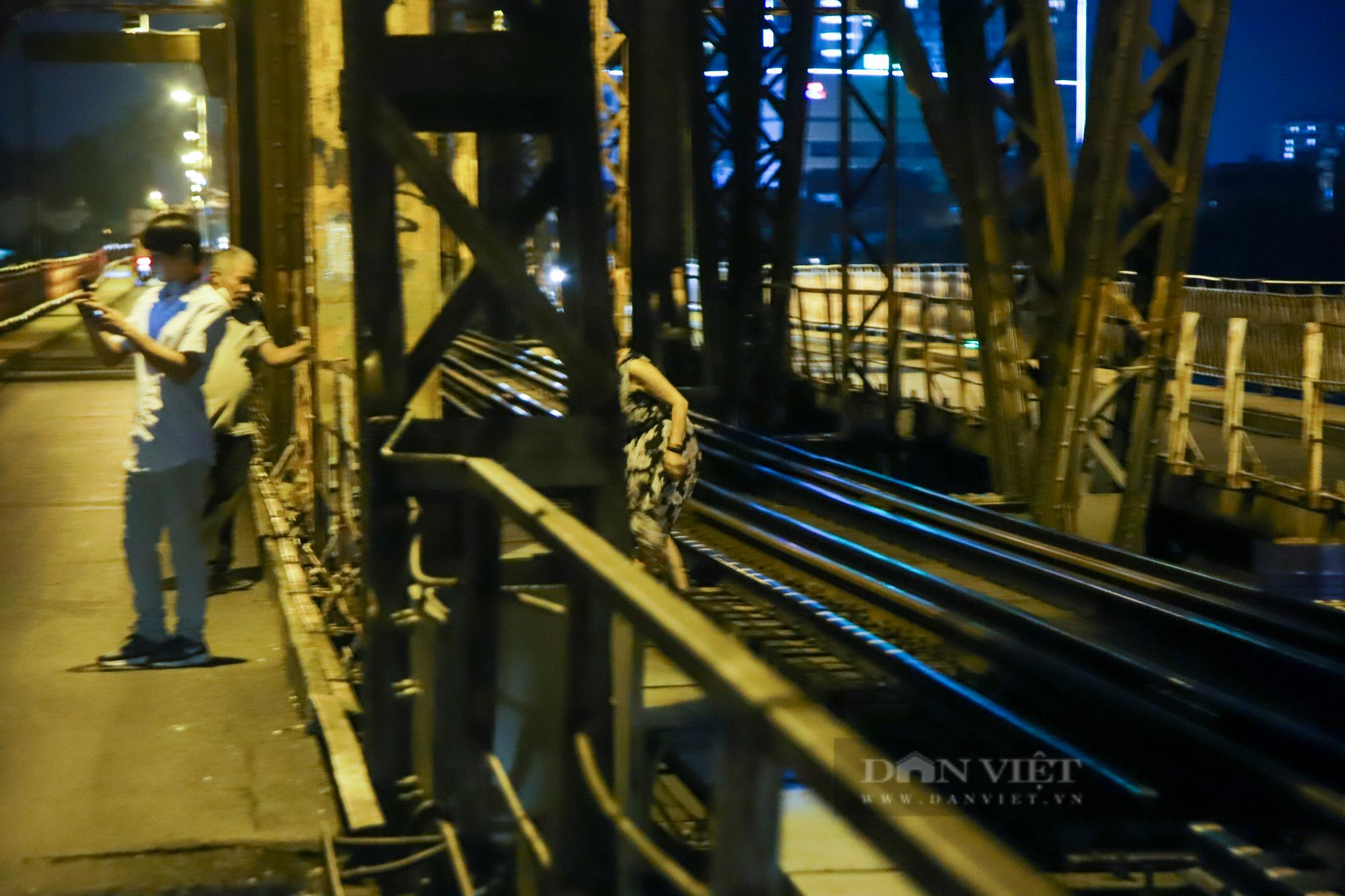 Cầu Long Biên đông đúc người hóng gió, bất chấp lệnh giãn cách xã hội - Ảnh 8.