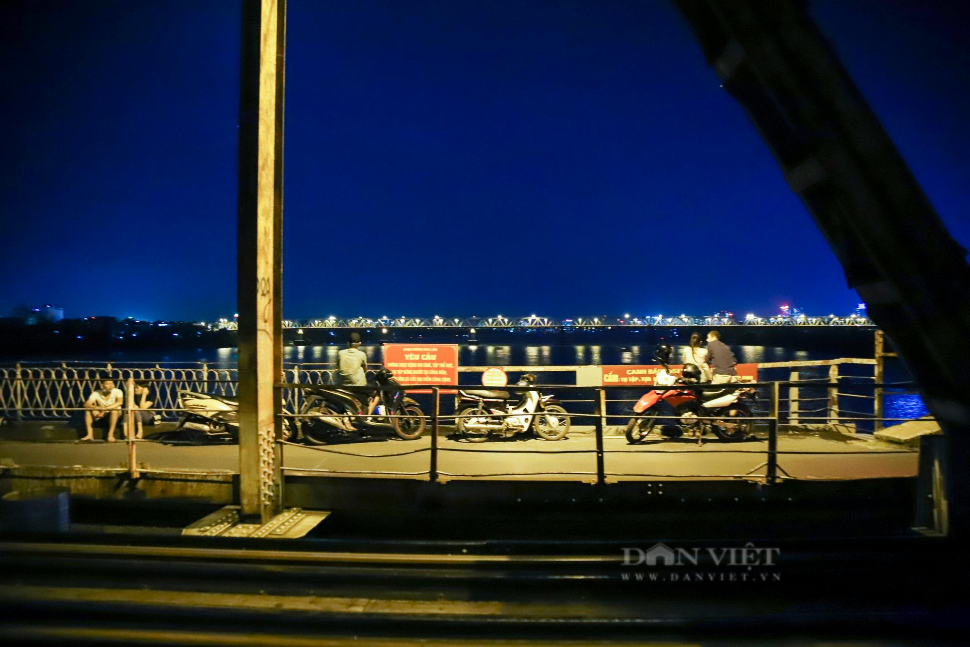 Cầu Long Biên đông đúc người hóng gió, bất chấp lệnh giãn cách xã hội - Ảnh 9.