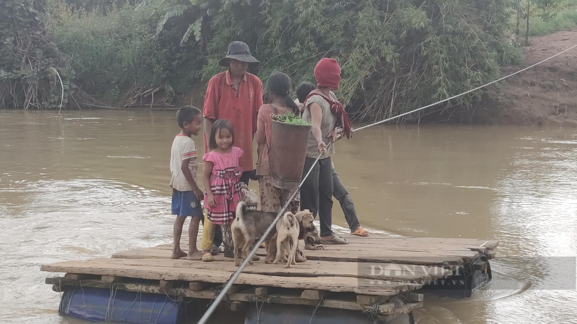 Gia Lai: Người dân liều mình đứng trên bè tạm, kéo dây qua dòng nước xiết - Ảnh 2.