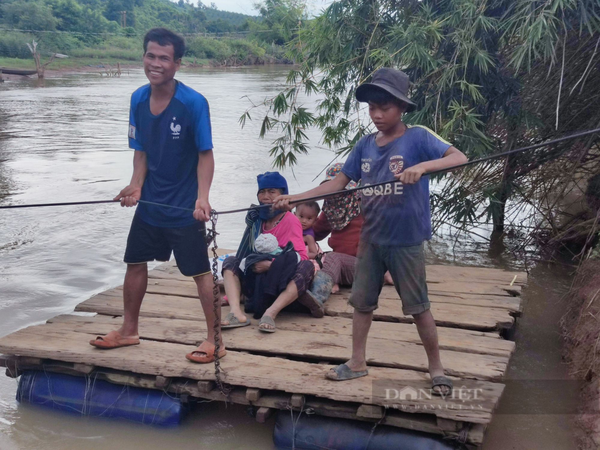 Gia Lai: Người dân liều mình đứng trên bè tạm, kéo dây qua dòng nước xiết - Ảnh 3.