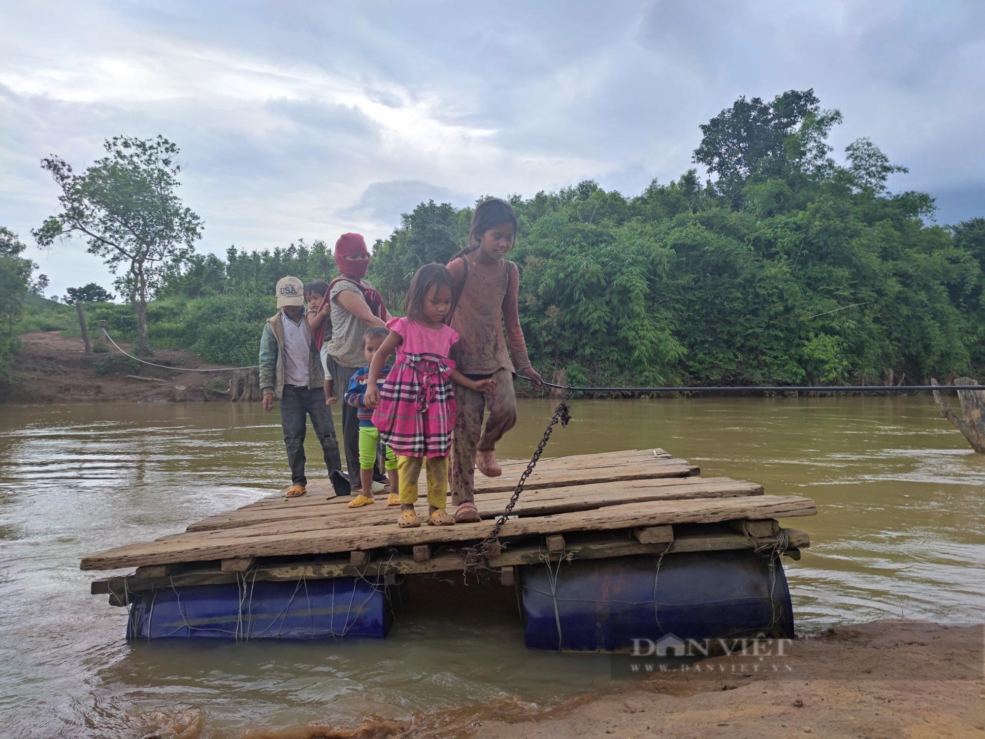 Gia Lai: Người dân liều mình đứng trên bè tạm, kéo dây qua dòng nước xiết - Ảnh 5.
