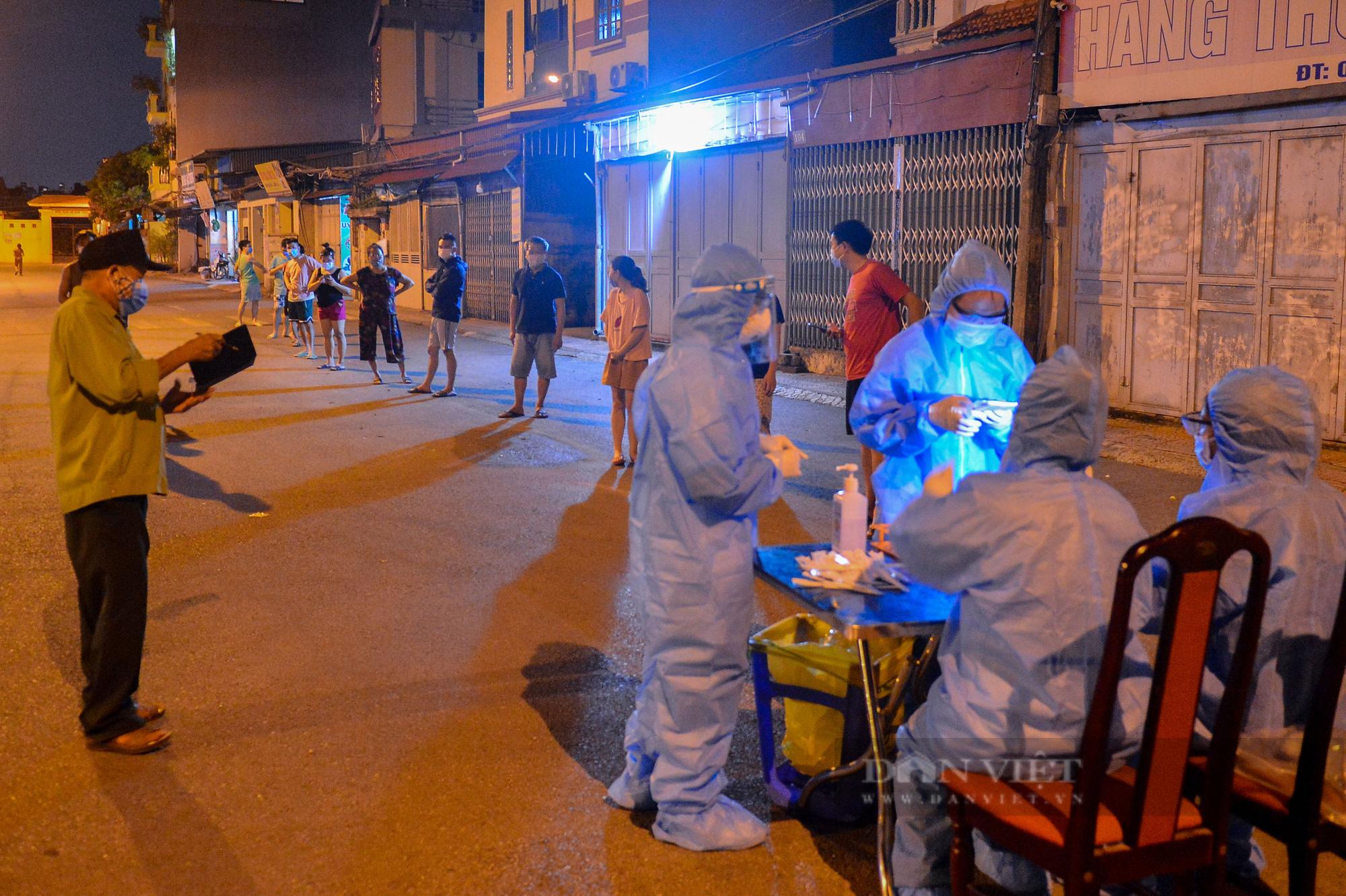Thần tốc lấy 5.000 mẫu xét nghiệm trong đêm sau khi phát hiện 9 F0 tại quận Long Biên - Ảnh 1.