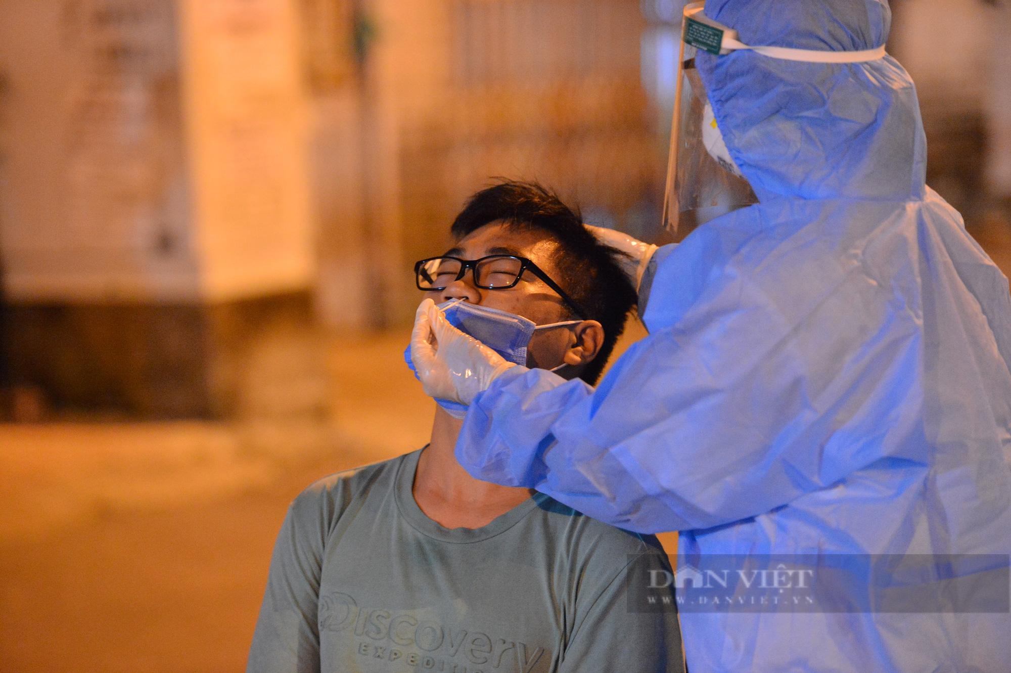 Thần tốc lấy 5.000 mẫu xét nghiệm trong đêm sau khi phát hiện 9 F0 tại quận Long Biên - Ảnh 5.