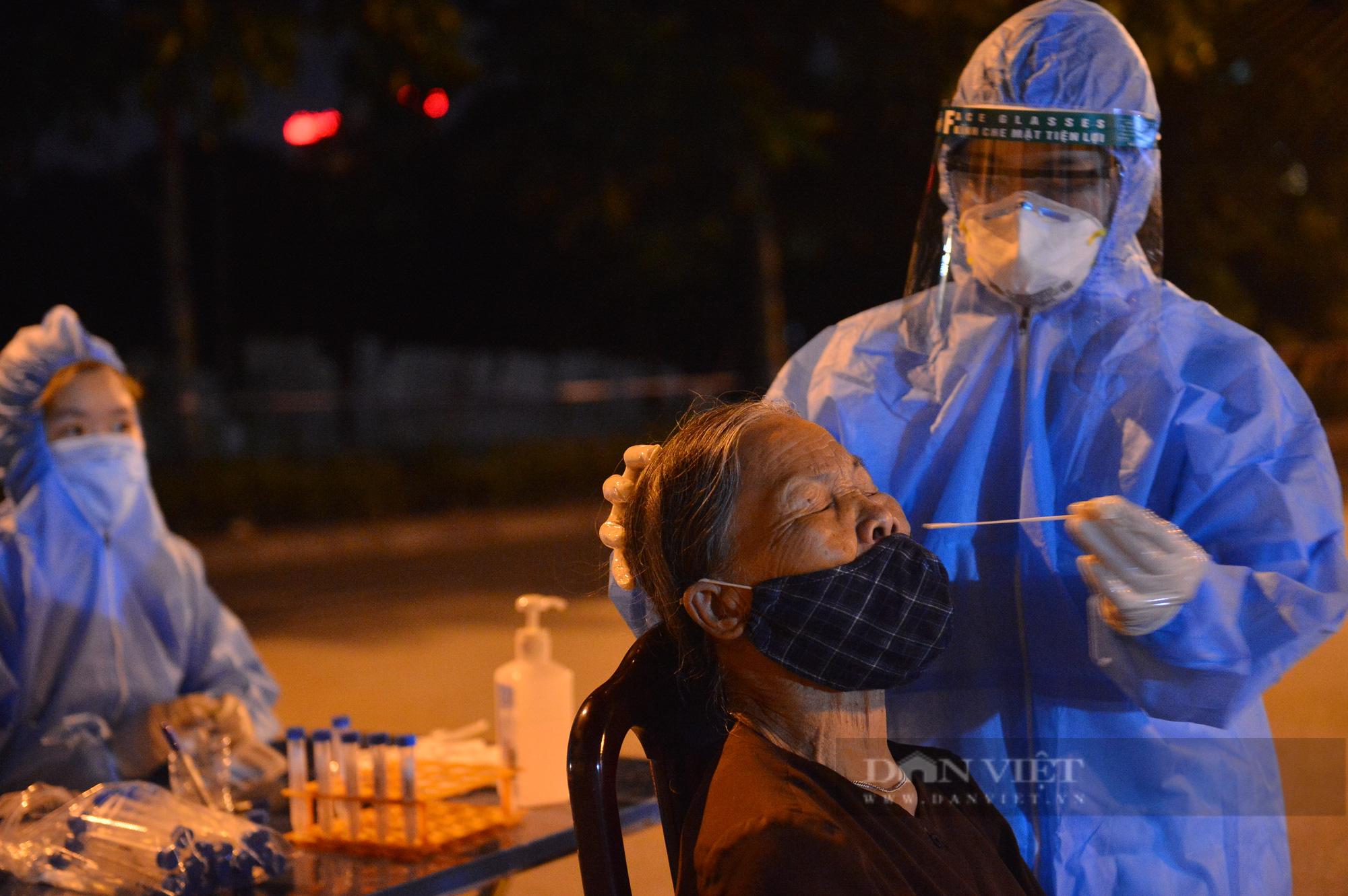 Thần tốc lấy 5.000 mẫu xét nghiệm trong đêm sau khi phát hiện 9 F0 tại quận Long Biên - Ảnh 6.