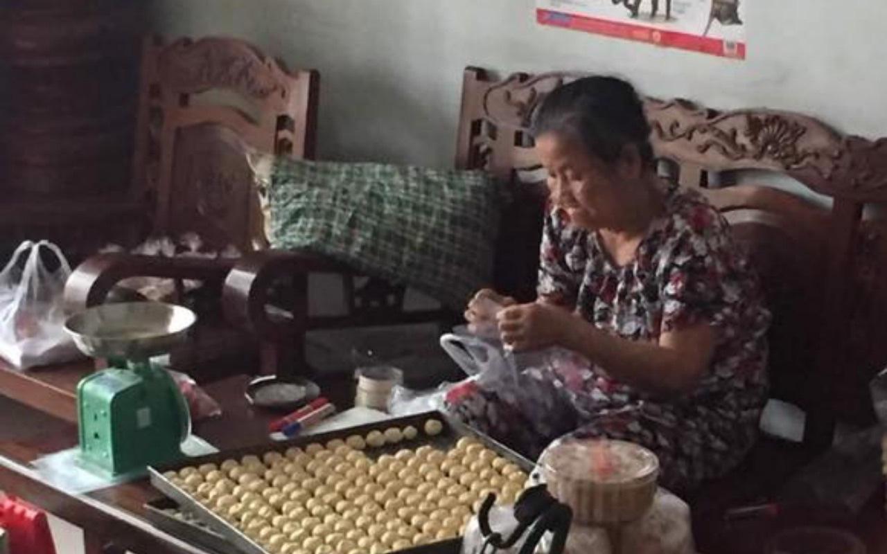 Bà Lang không bốc thuốc mà làm bánh trung thu ngon có tiếng