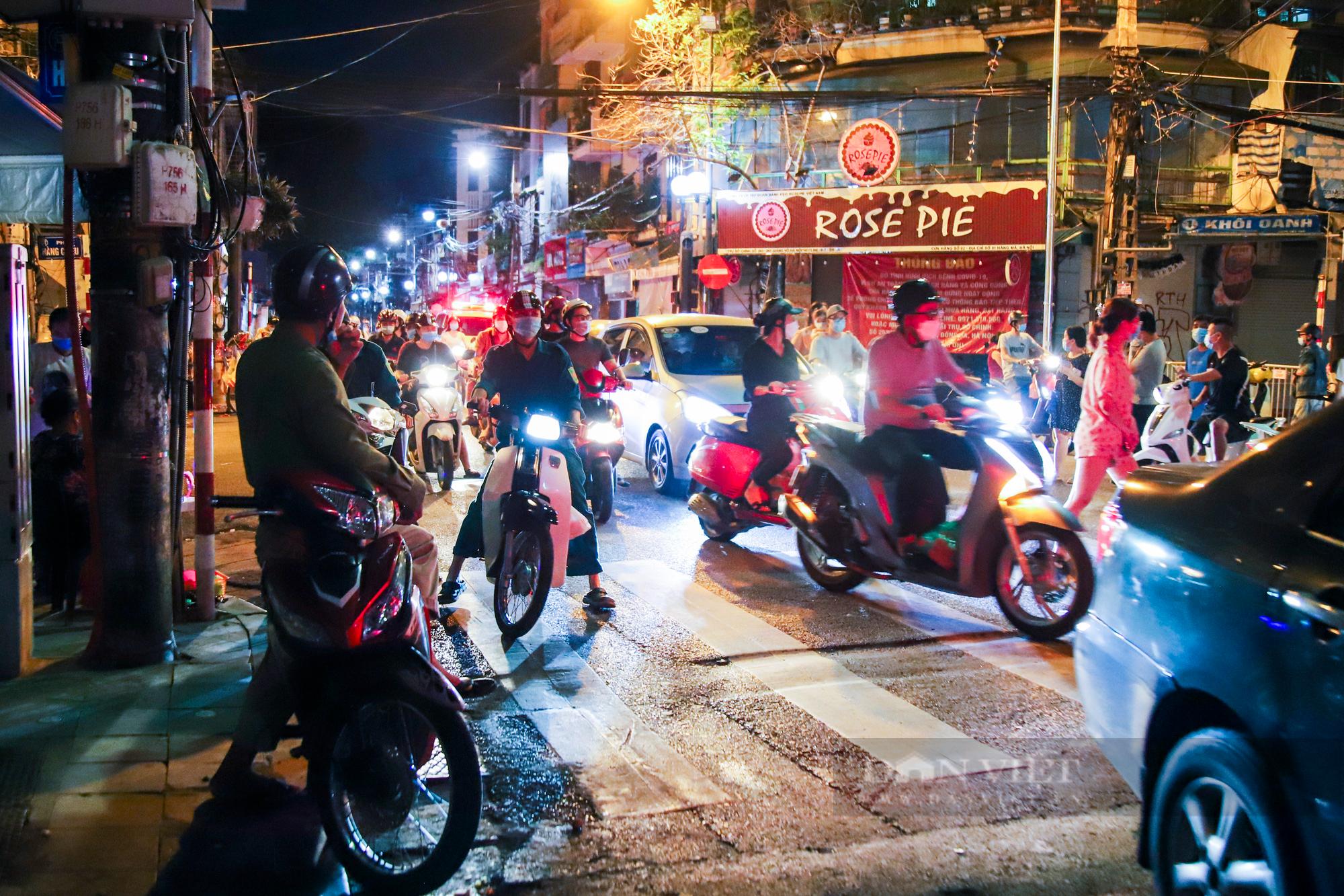 Ngày giãn cách cuối cùng, người dân rủ nhau lên phố cổ dạo chơi đêm trung thu - Ảnh 1.