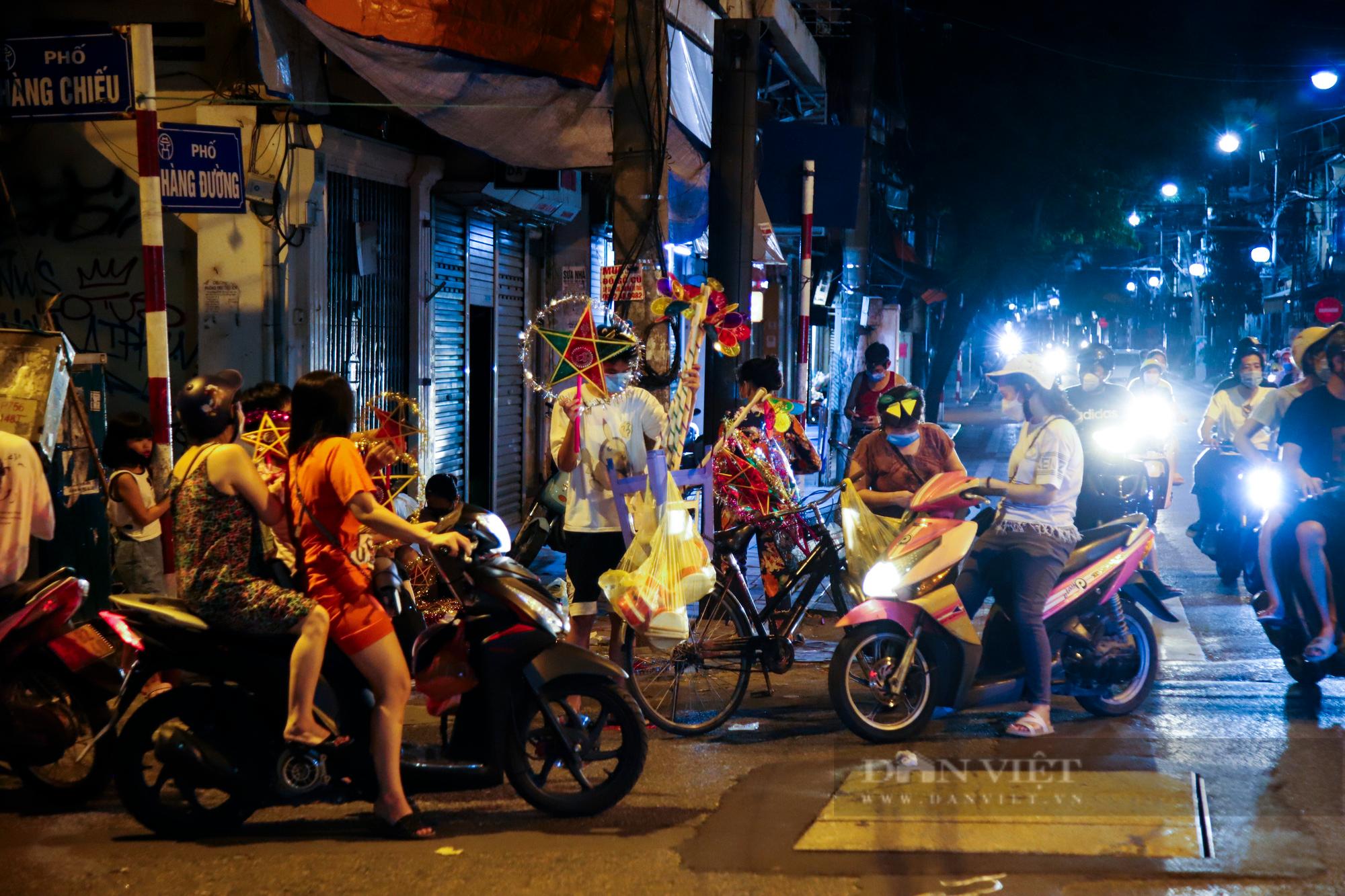 Ngày giãn cách cuối cùng, người dân rủ nhau lên phố cổ dạo chơi đêm trung thu - Ảnh 2.