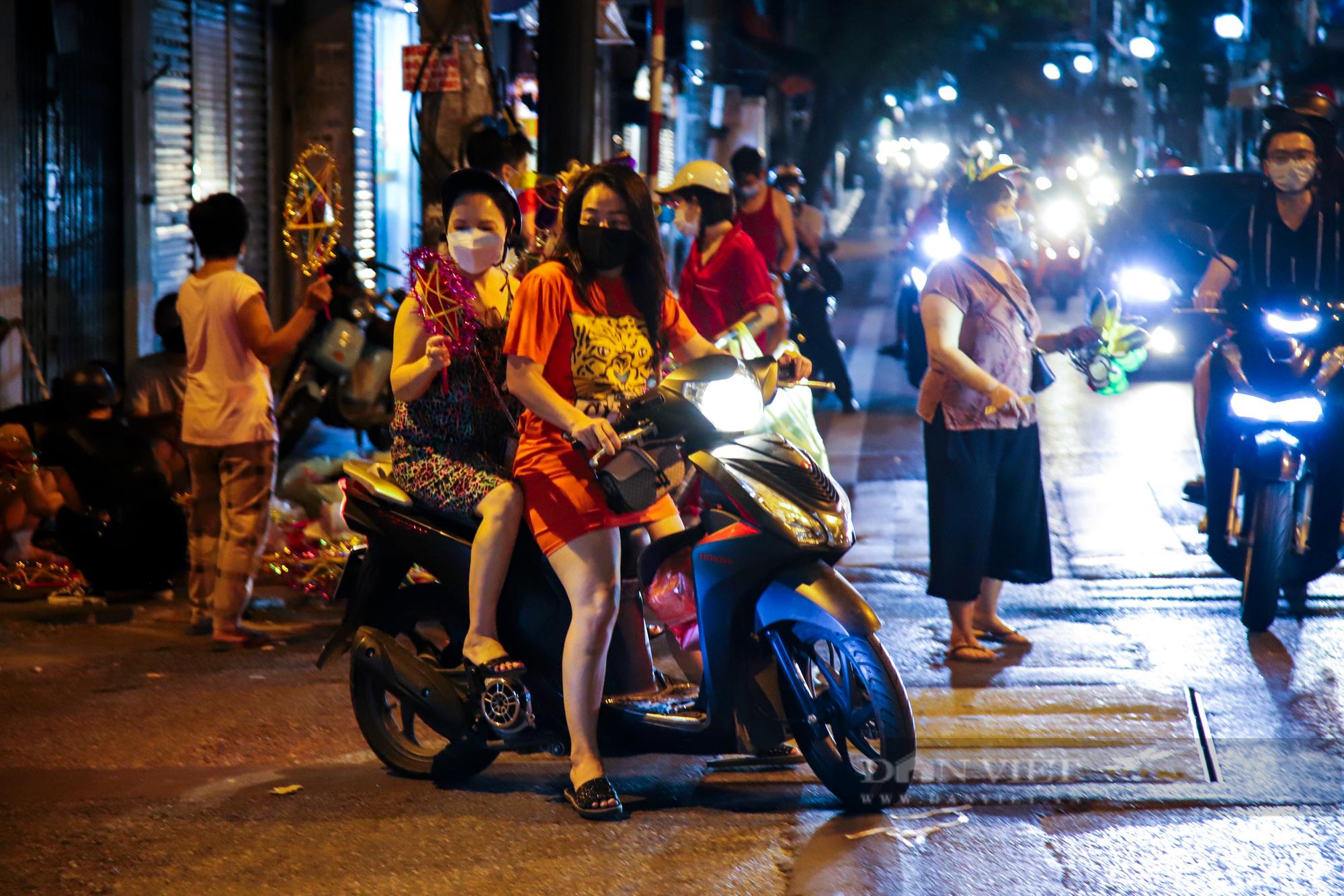 Ngày giãn cách cuối cùng, người dân rủ nhau lên phố cổ dạo chơi đêm trung thu - Ảnh 3.