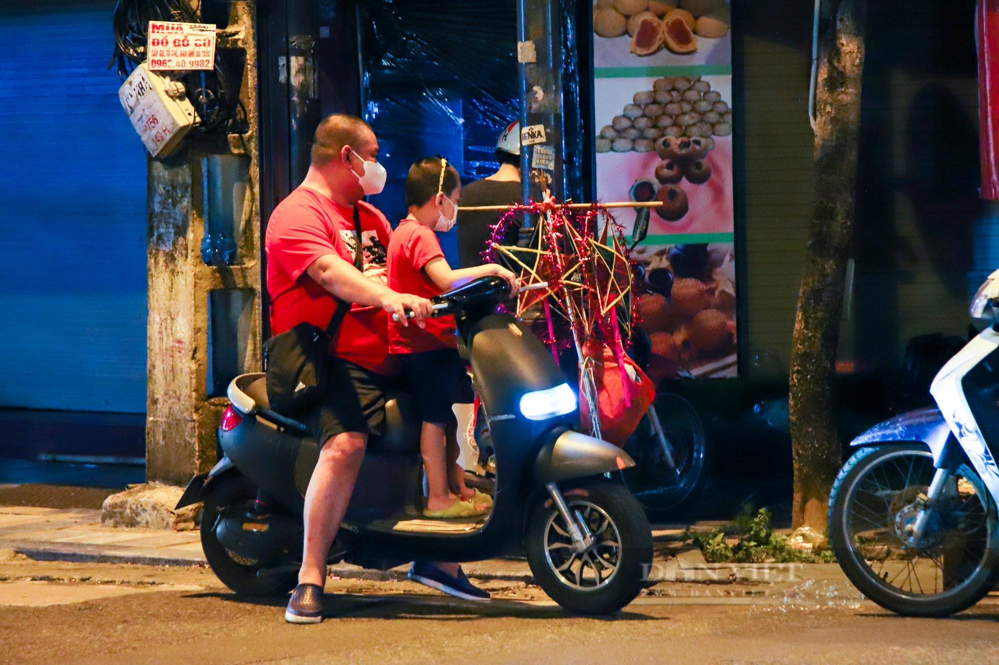 Ngày giãn cách cuối cùng, người dân rủ nhau lên phố cổ dạo chơi đêm trung thu - Ảnh 5.