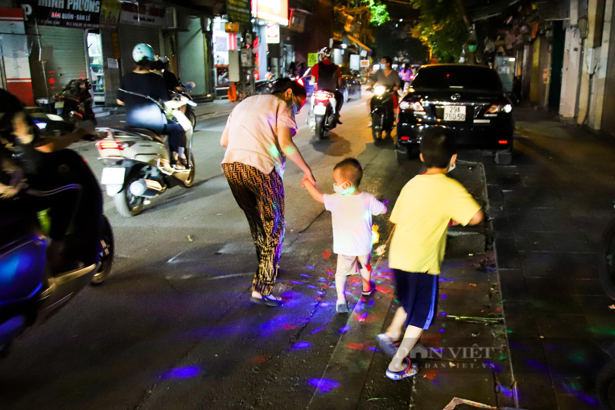 Ngày giãn cách cuối cùng, người dân rủ nhau lên phố cổ dạo chơi đêm trung thu - Ảnh 7.