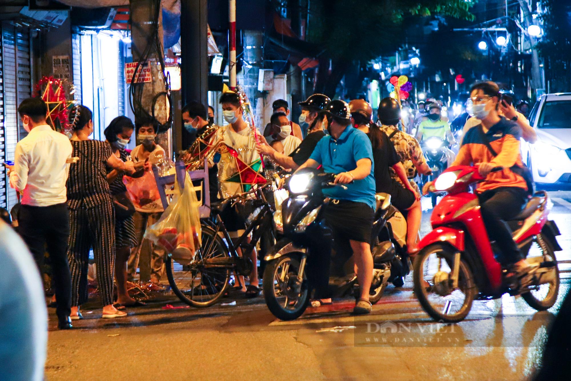 Ngày giãn cách cuối cùng, người dân rủ nhau lên phố cổ dạo chơi đêm trung thu - Ảnh 9.