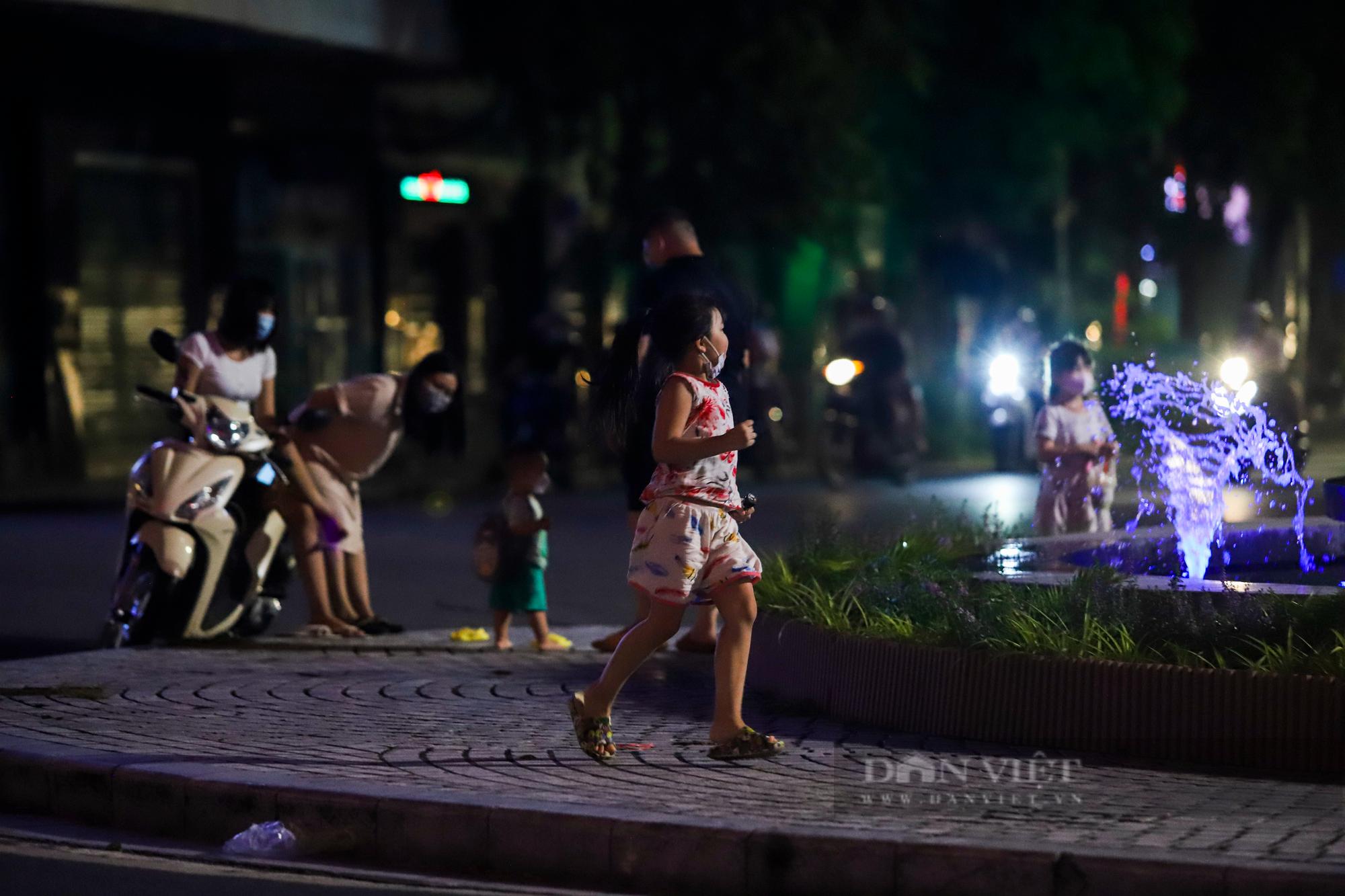 Ngày giãn cách cuối cùng, người dân rủ nhau lên phố cổ dạo chơi đêm trung thu - Ảnh 11.