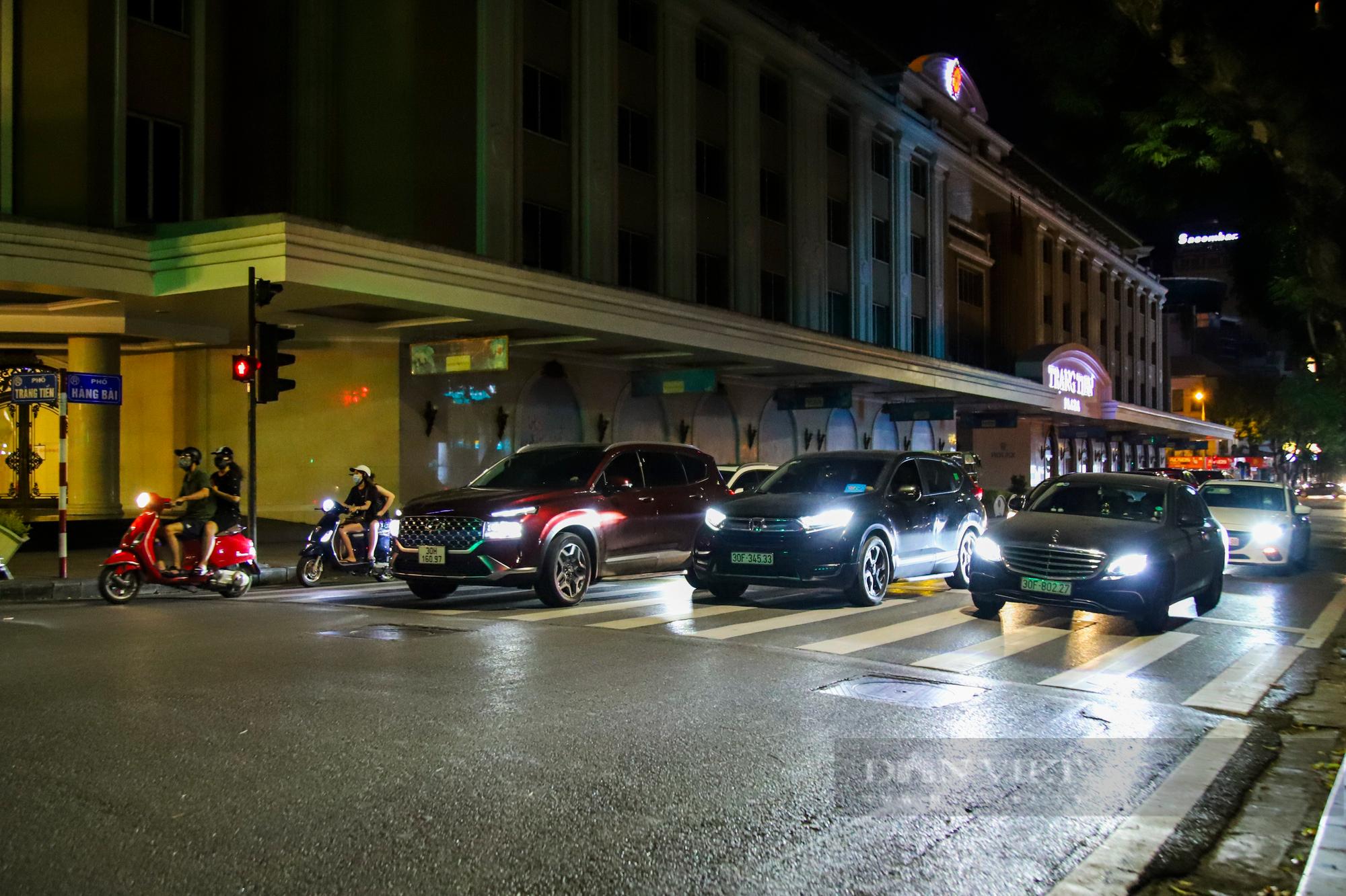 Ngày giãn cách cuối cùng, người dân rủ nhau lên phố cổ dạo chơi đêm trung thu - Ảnh 12.