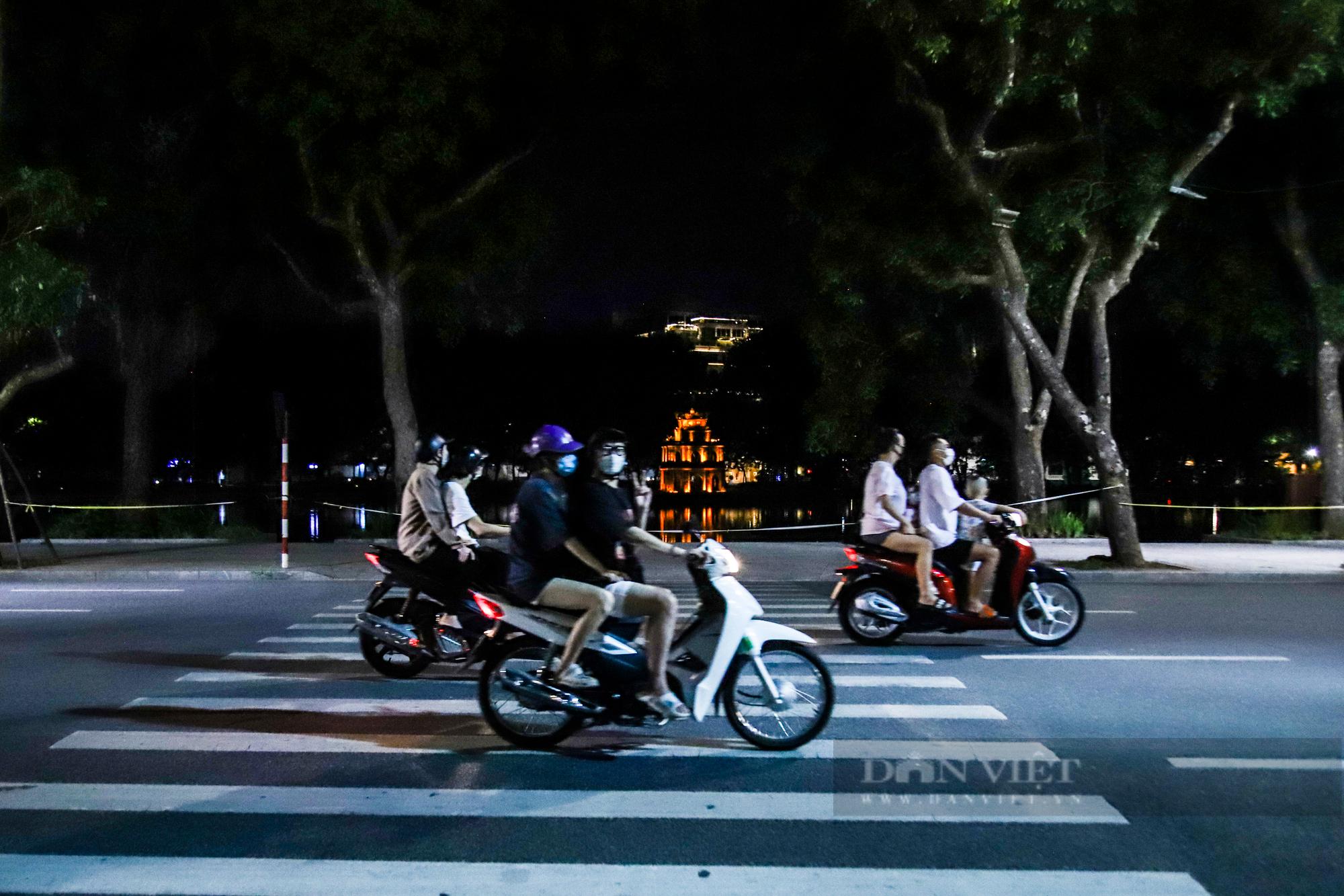 Ngày giãn cách cuối cùng, người dân rủ nhau lên phố cổ dạo chơi đêm trung thu - Ảnh 13.