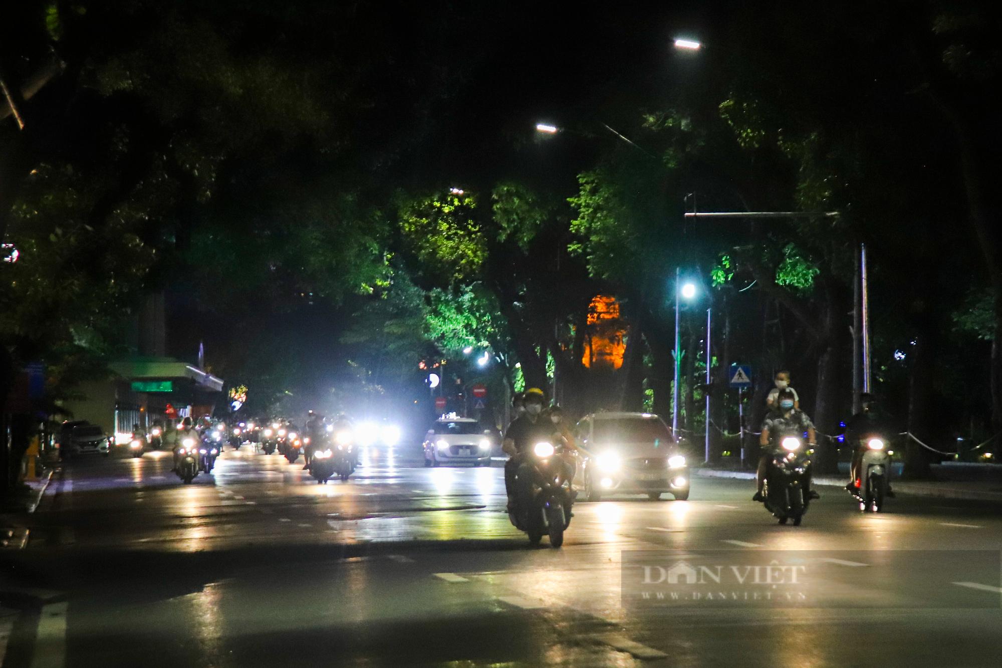 Ngày giãn cách cuối cùng, người dân rủ nhau lên phố cổ dạo chơi đêm trung thu - Ảnh 15.
