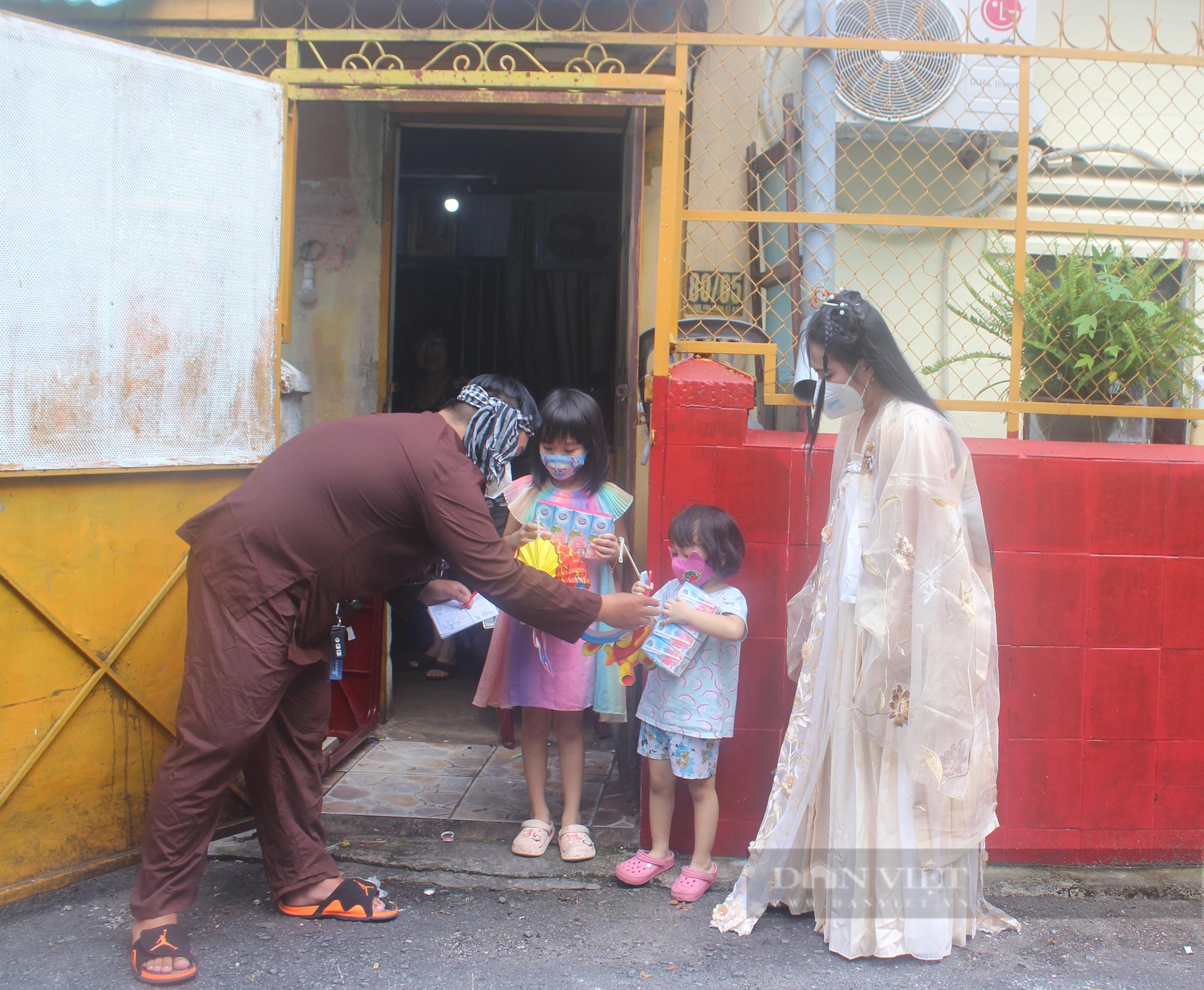 Bắt gặp chị Hằng, chú Cuội đội mưa đi tặng quà trung thu cho trẻ nhỏ - Ảnh 4.