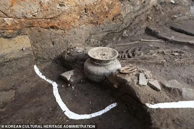 Hài cốt thiếu nữ trẻ chôn dưới cung điện cổ ở Hàn Quốc hé lộ tội ác kinh hoàng của vua chúa thời xưa - Ảnh 1.
