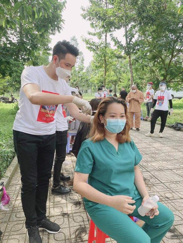 Nguyễn Phi Hùng xúc động nhắc đến hành trình hát cổ động cùng sao Việt tại bệnh viện dã chiến  - Ảnh 2.