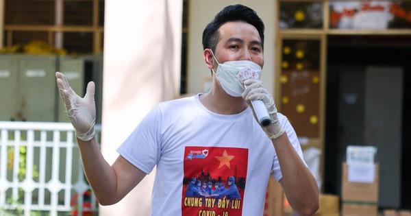 Nguyễn Phi Hùng xúc động nhắc đến hành trình hát cổ động cùng sao Việt tại bệnh viện dã chiến  - Ảnh 1.