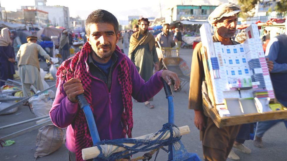 Người dân Afghanistan vất vả đấu tranh với nạn đói dưới thời Taliban - Ảnh 2.