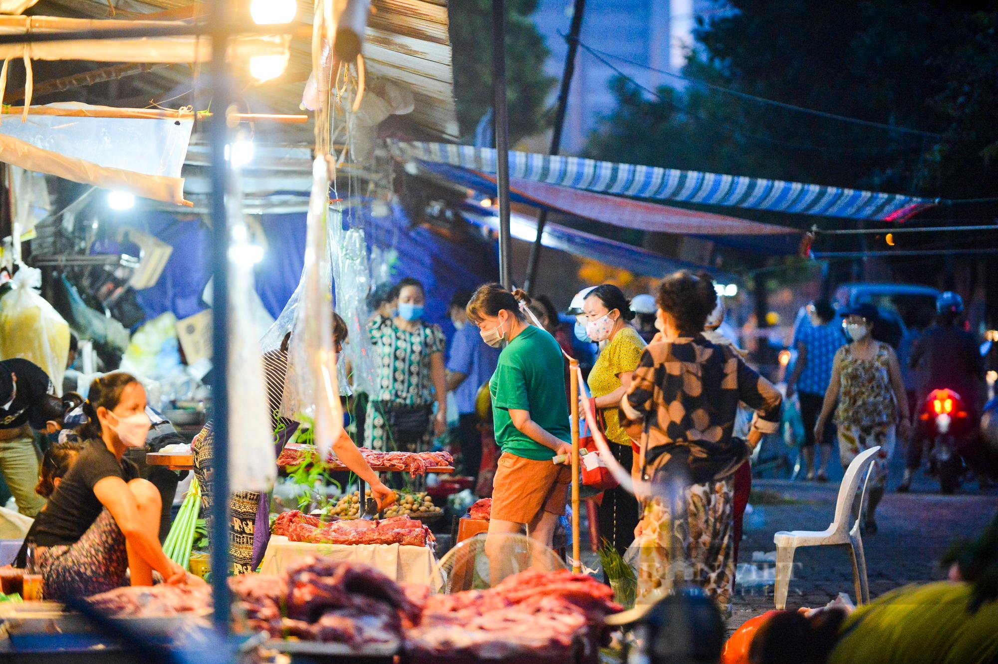 Chợ dân sinh ở Hà Nội đông đúc ngày đầu nới lỏng giãn cách - Ảnh 1.