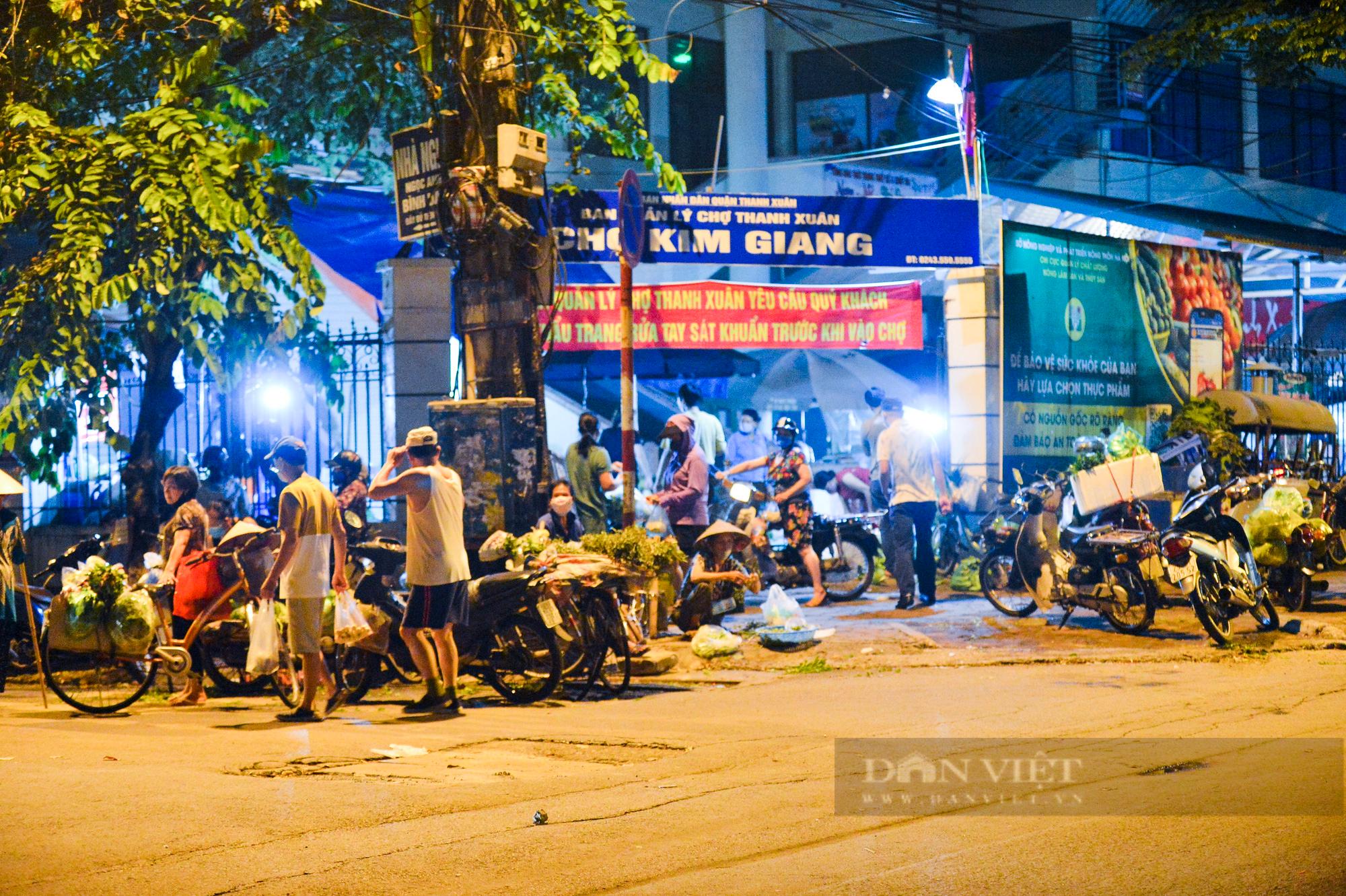 Chợ dân sinh ở Hà Nội đông đúc ngày đầu nới lỏng giãn cách - Ảnh 2.