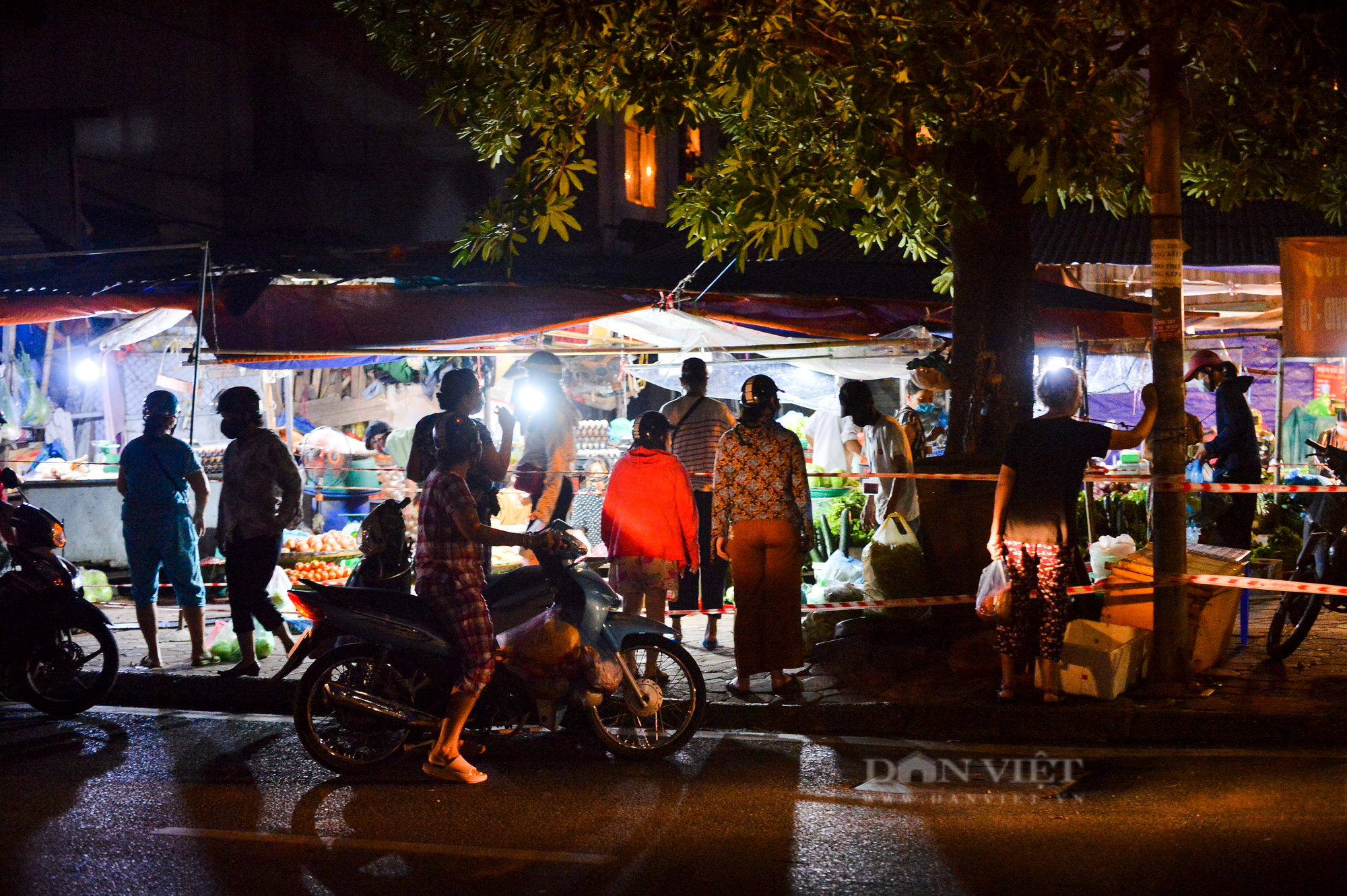Chợ dân sinh ở Hà Nội đông đúc ngày đầu nới lỏng giãn cách - Ảnh 3.