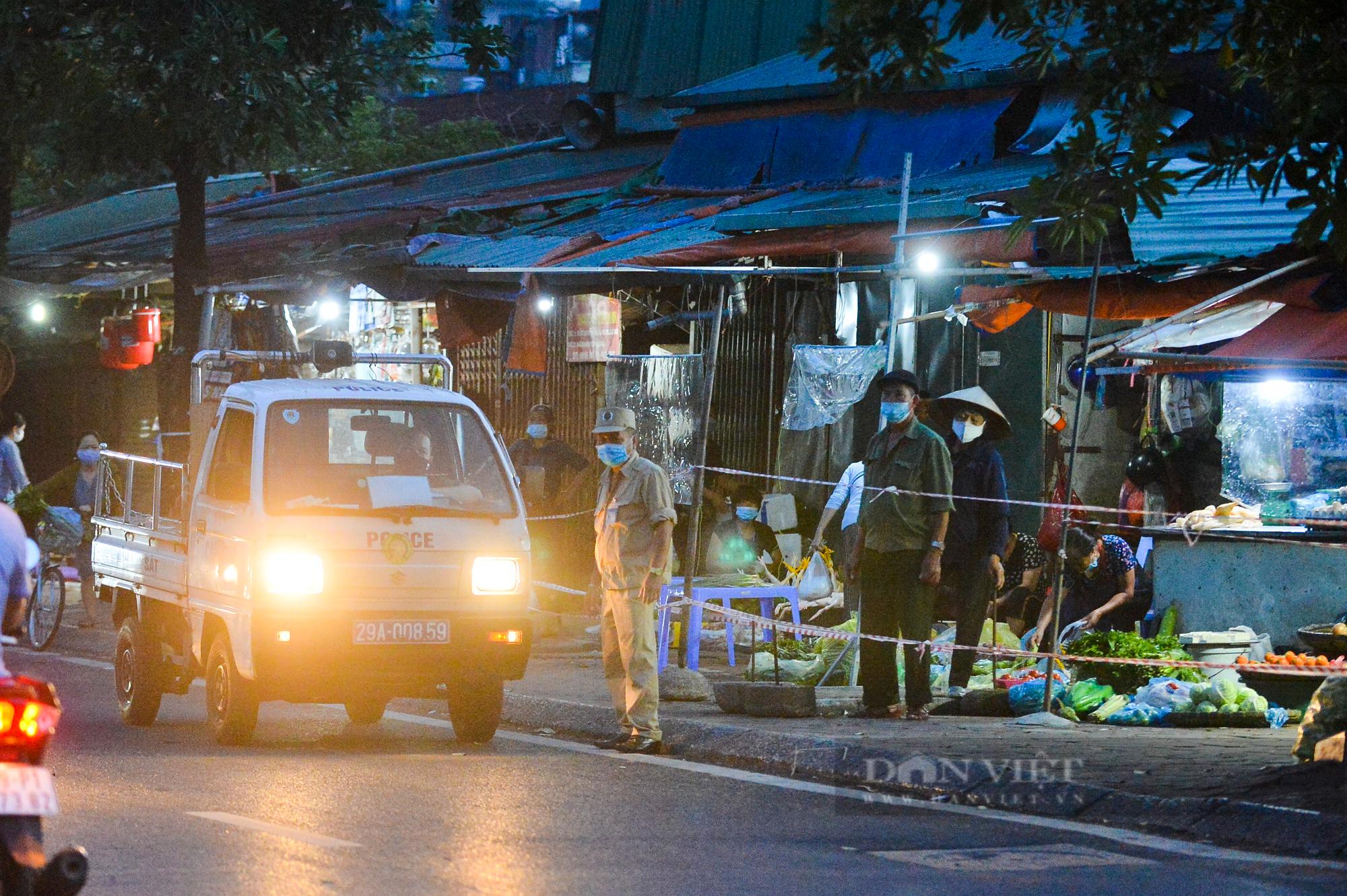 Chợ dân sinh ở Hà Nội đông đúc ngày đầu nới lỏng giãn cách - Ảnh 4.
