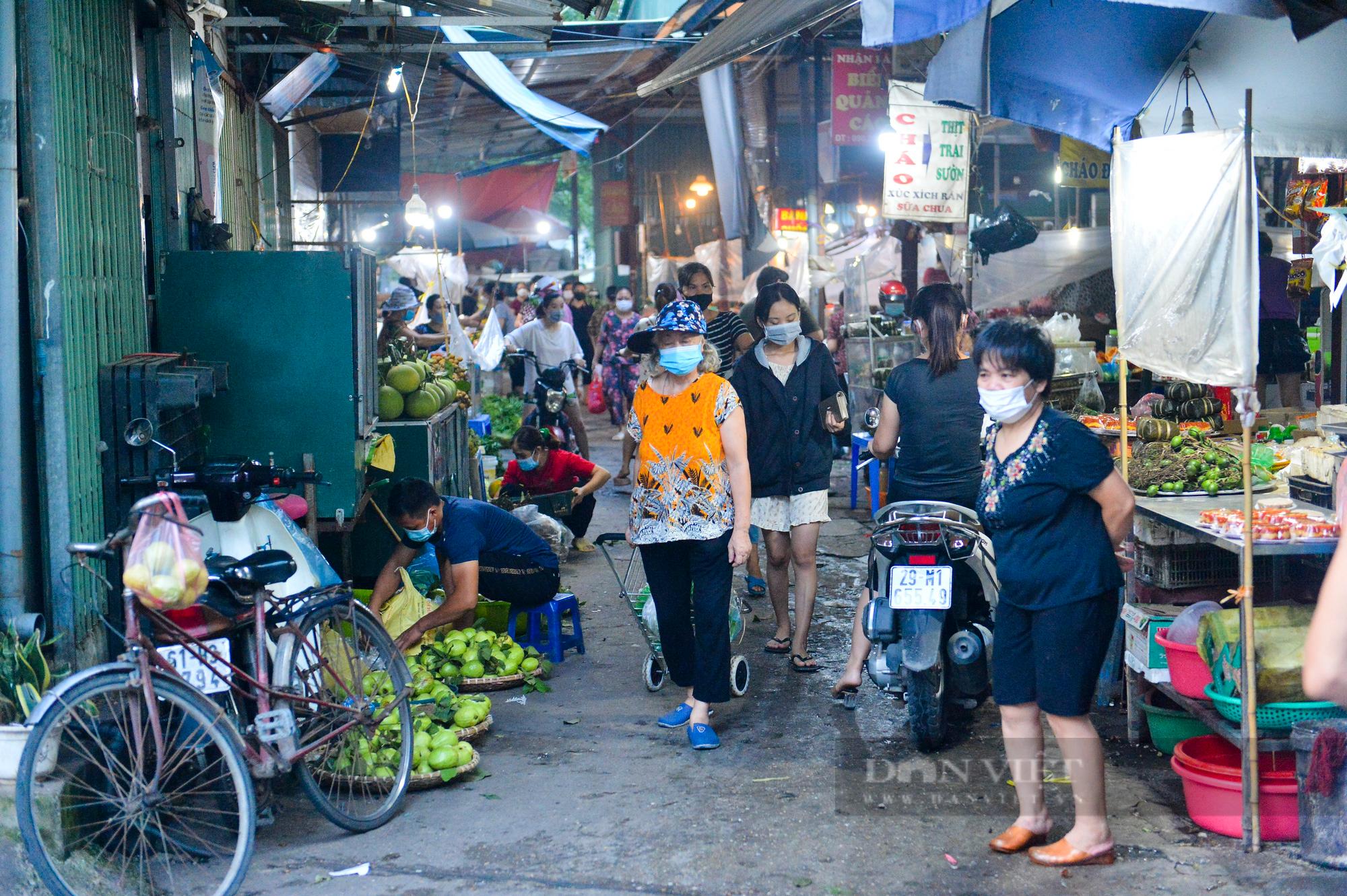 Chợ dân sinh ở Hà Nội đông đúc ngày đầu nới lỏng giãn cách - Ảnh 5.