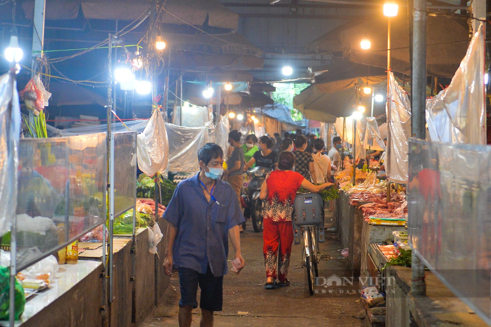 Chợ dân sinh ở Hà Nội đông đúc ngày đầu nới lỏng giãn cách - Ảnh 6.