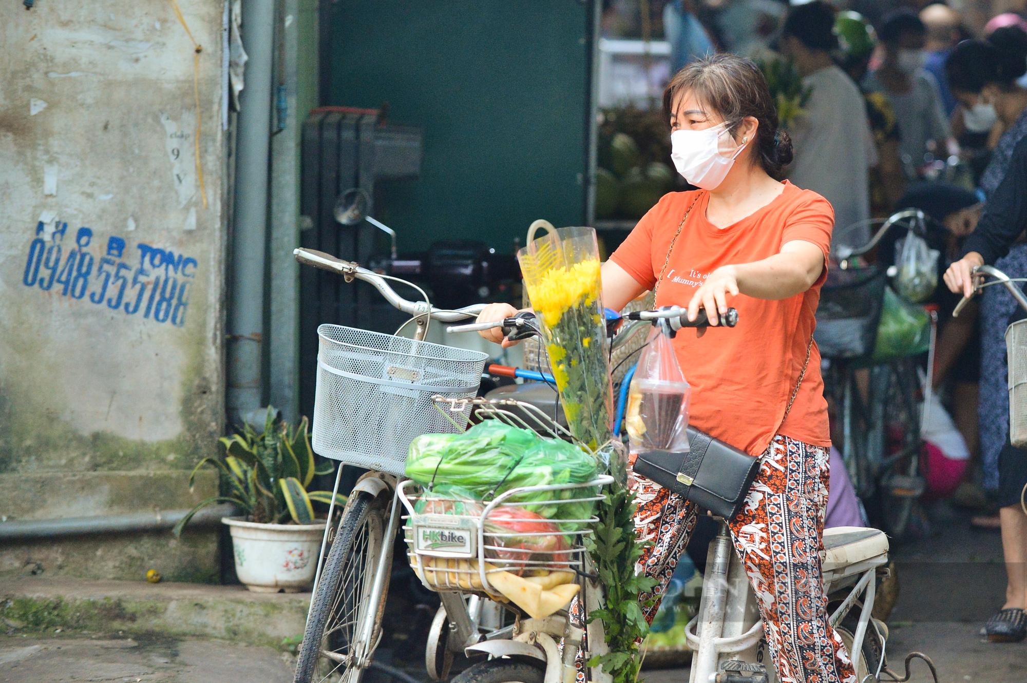Chợ dân sinh ở Hà Nội đông đúc ngày đầu nới lỏng giãn cách - Ảnh 8.