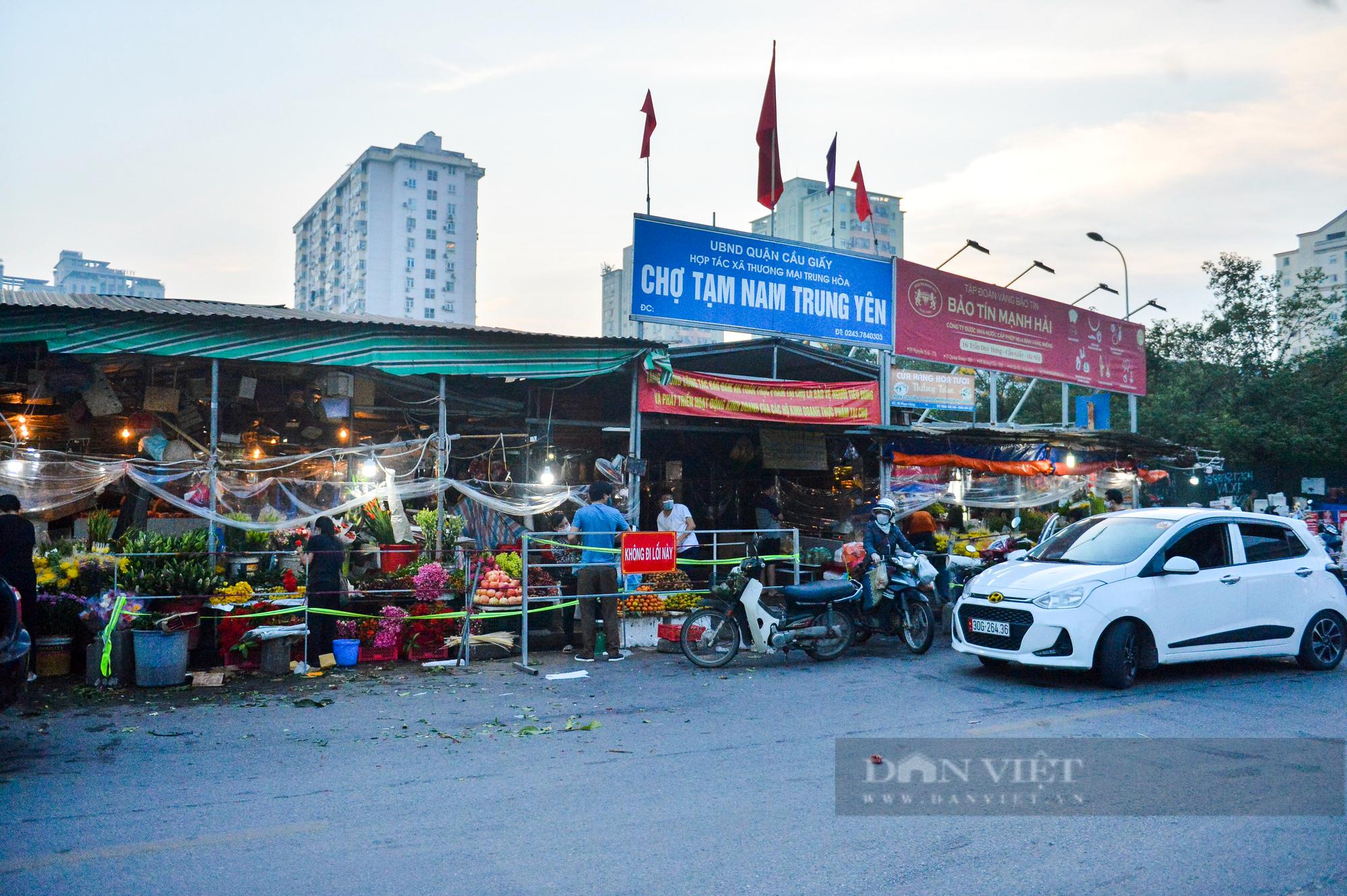 Chợ dân sinh ở Hà Nội đông đúc ngày đầu nới lỏng giãn cách - Ảnh 9.