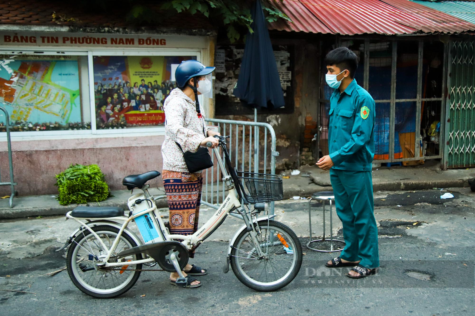 Chợ dân sinh ở Hà Nội đông đúc ngày đầu nới lỏng giãn cách - Ảnh 10.