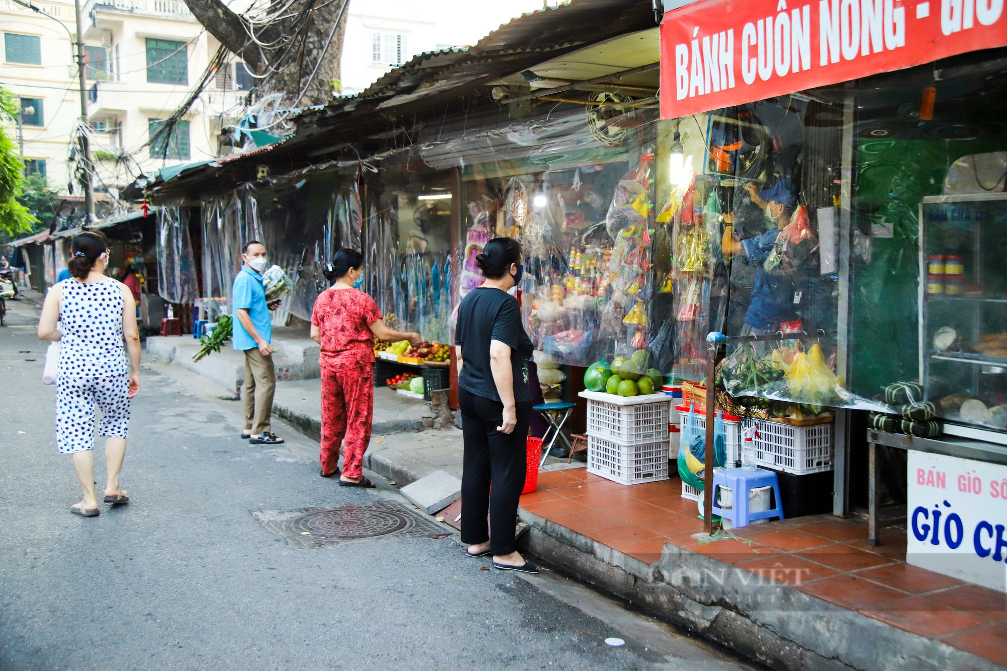 Chợ dân sinh ở Hà Nội đông đúc ngày đầu nới lỏng giãn cách - Ảnh 11.