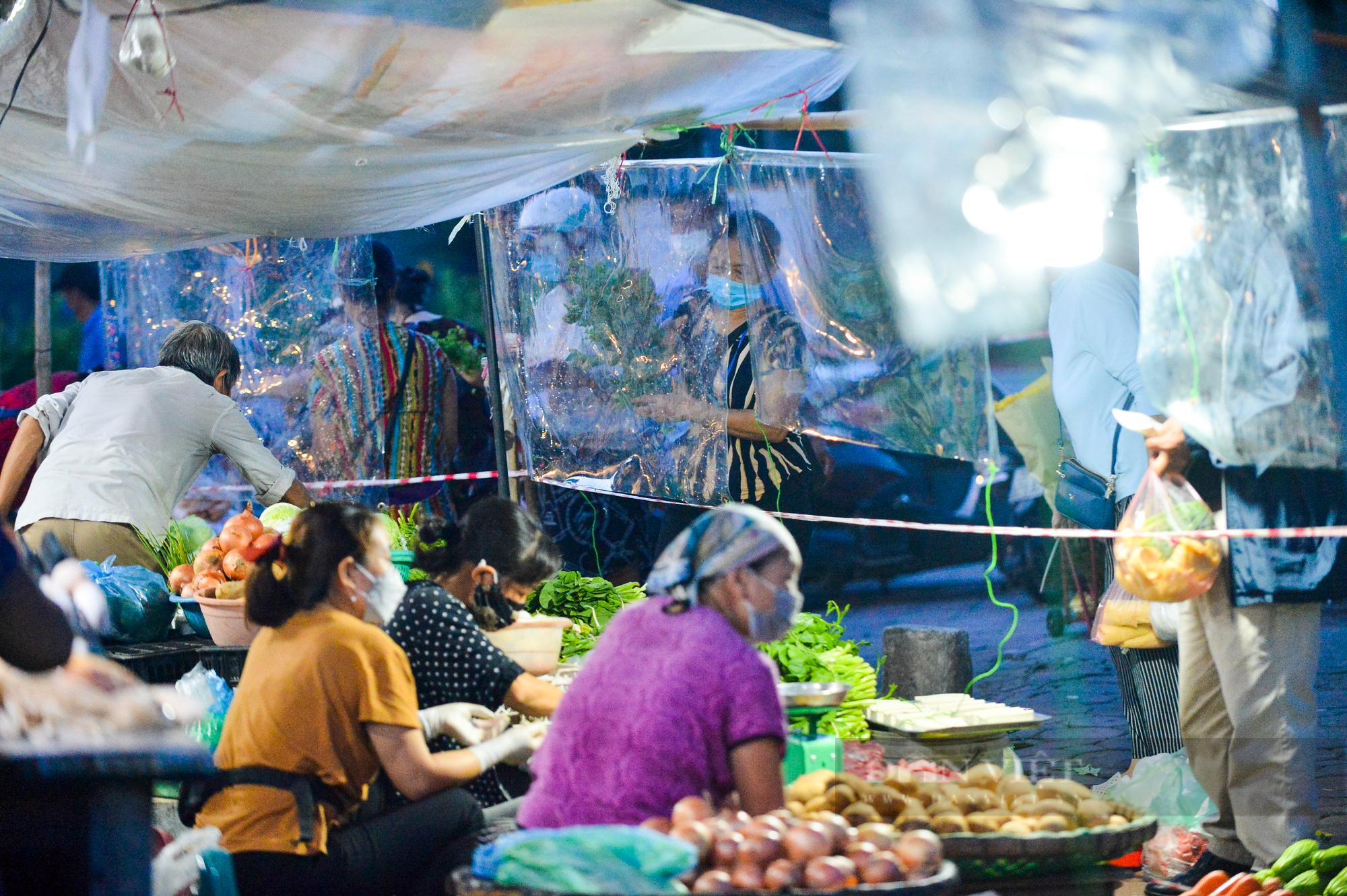 Chợ dân sinh ở Hà Nội đông đúc ngày đầu nới lỏng giãn cách - Ảnh 12.