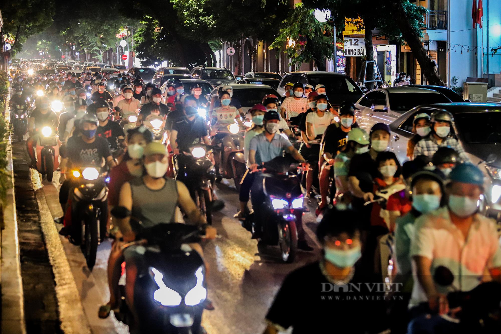 Hàng vạn người dân đổ ra đường chơi Trung sau khi nới lỏng giãn cách - Ảnh 1.